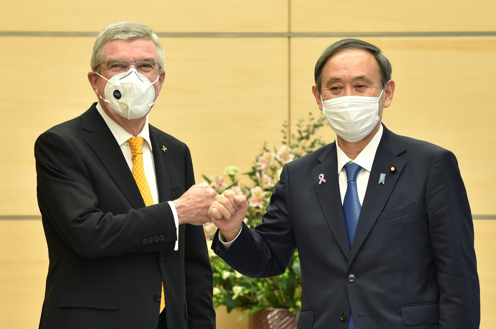 Japan's Prime Minister Yoshihide Suga (R) greets International Olympic Committee (IOC) President Thomas Bach, during their meeting in Tokyo, Japan, Nov. 16, 2020. (Reuters Photo)