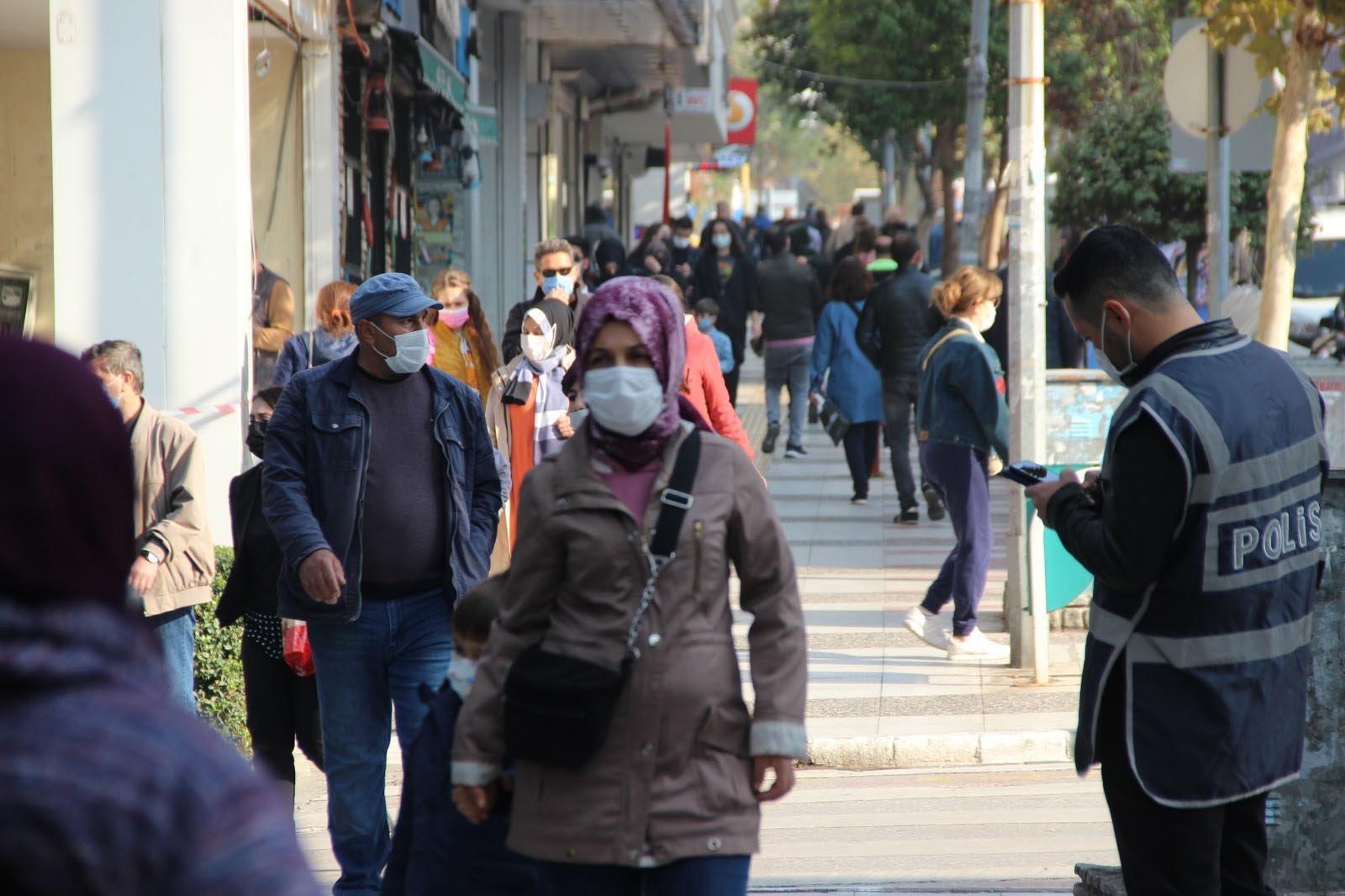 People wearing protective masks walk on a street in Manisa, in western Turkey, Nov. 17, 2020. (DHA Photo)