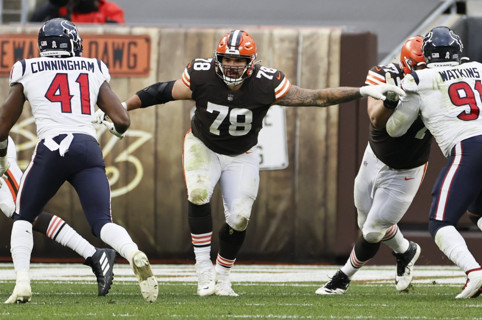 """Cleveland Browns' Jack Conklin (C), who has since been placed on the team's """"COVID-19 list,"""" during a match in Cleveland, U.S., Nov. 15, 2020. (AP PHOTO)"""