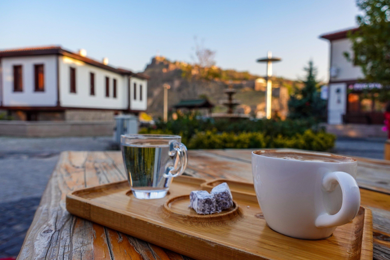 Prenez une tasse de café turc au café Tahayyül Kemankeş et profitez de la vue sur la citadelle d'Ankara en arrière-plan.  (Photo par Argun Konuk)