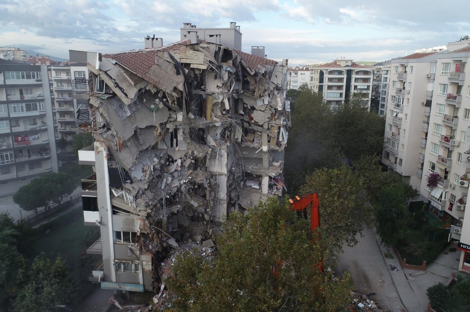 A building damaged in the earthquake is demolished, in Izmir, western Turkey, Nov. 7, 2020. (DHA Photo)