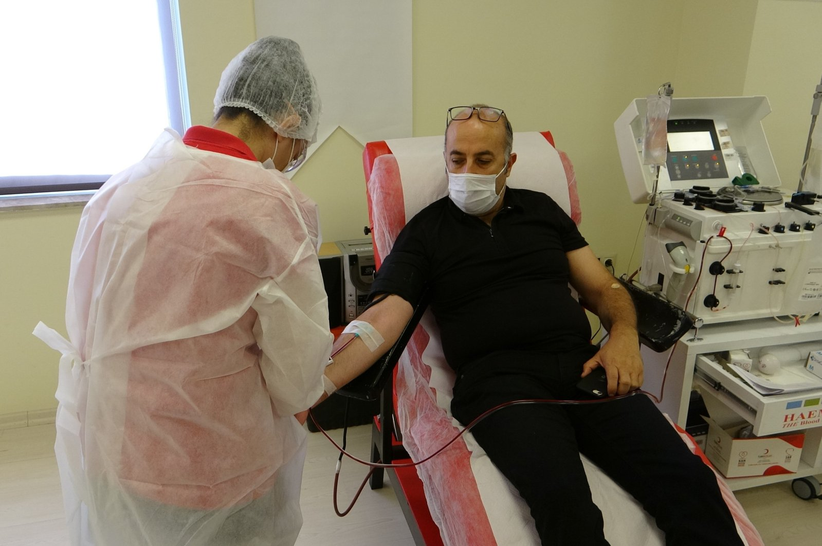 A recovered COVID-19 patient donates plasma at a Turkish Red Crescent (Kızılay) center, in Adana, southern Turkey, Nov. 16, 2020. (IHA Photo)