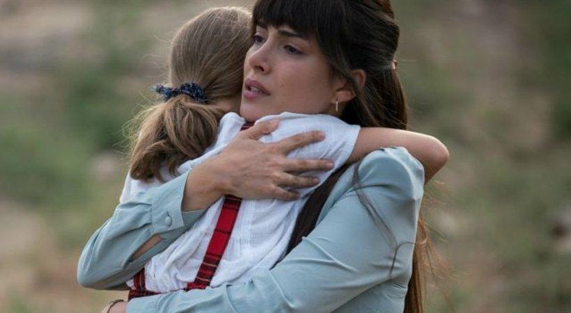 Öğretmen Mine, filmin hikayesine çeviri açısından eklenen karakterlerden biridir.