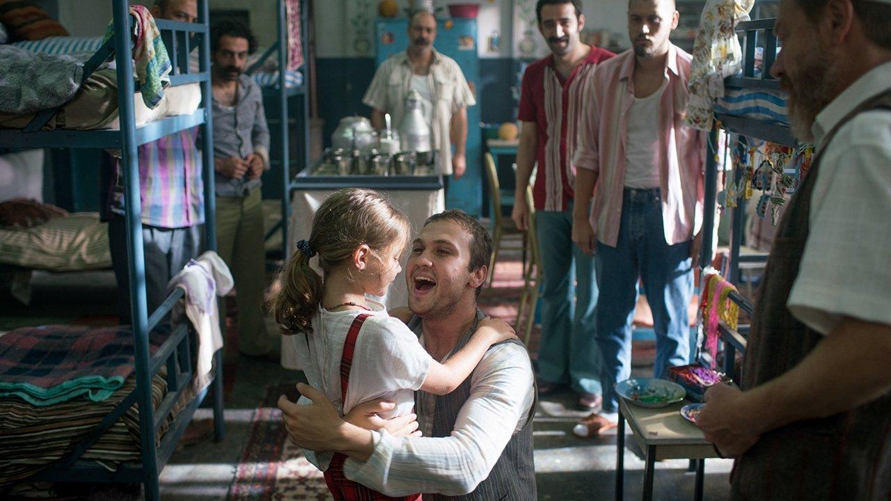 Ova, babası Memo ile bir sahnede hapishanede