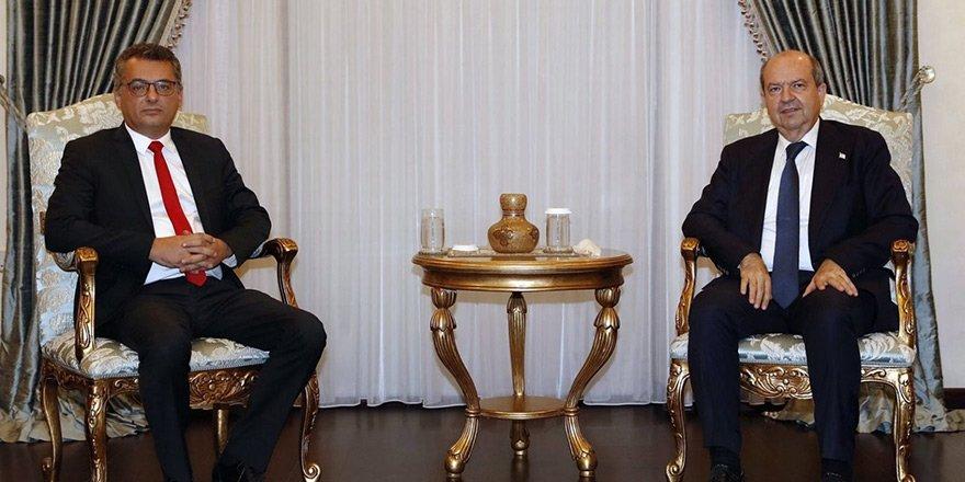 TRNC head Ersin Tatar (R) sits together with CTP head Tufan Erhürnan, Nov. 20, 2020. (AA)