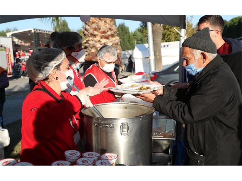 Turkish Red Crescent workers deliver meals to earthquake survivors, in Izmir, western Turkey, Nov. 16, 2020. (COURTESY OF TURKISH RED CRESCENT)