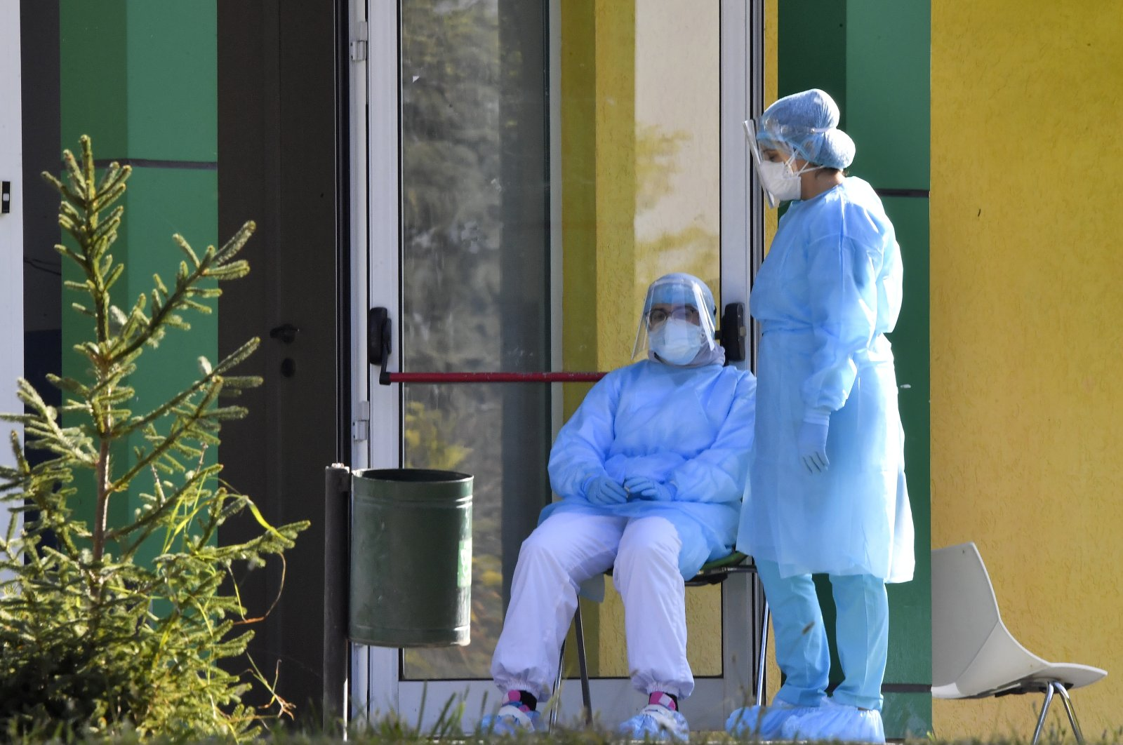 Medical staff wearing personal protective equipment (PPE), take a rest outside of the children hospital Kozle in Skopje, Republic of North Macedonia, 19 November 2020. (EPA Photo)