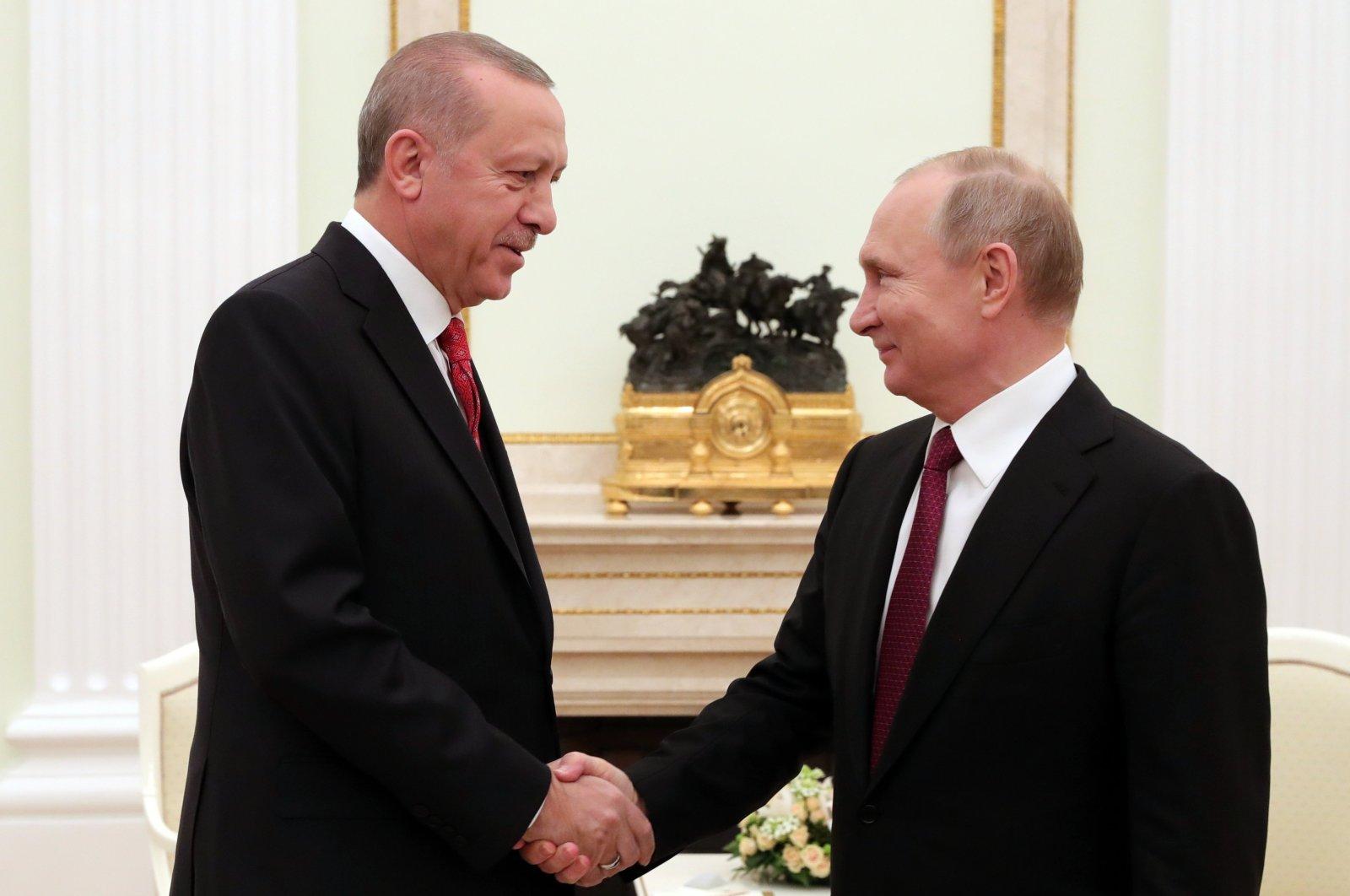 President Recep Tayyip Erdoğan (L) shakes hands with Russian President Vladimir Putin prior to their talks at the Kremlin in Moscow, Jan. 23, 2019. (AP)