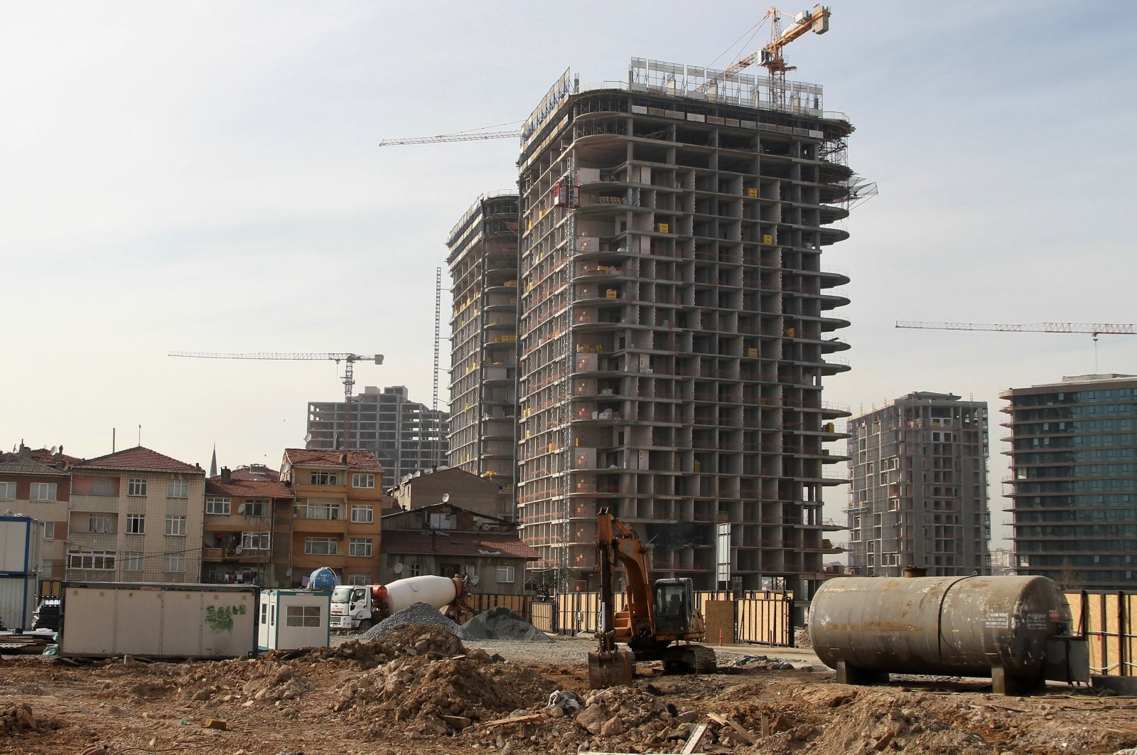 A view of a new building rising next to old buildings in the Fikirtepe neighborhood of Kadıköy in Istanbul, Turkey, March 25, 2017. (PHOTO BY FURKAN KARA)