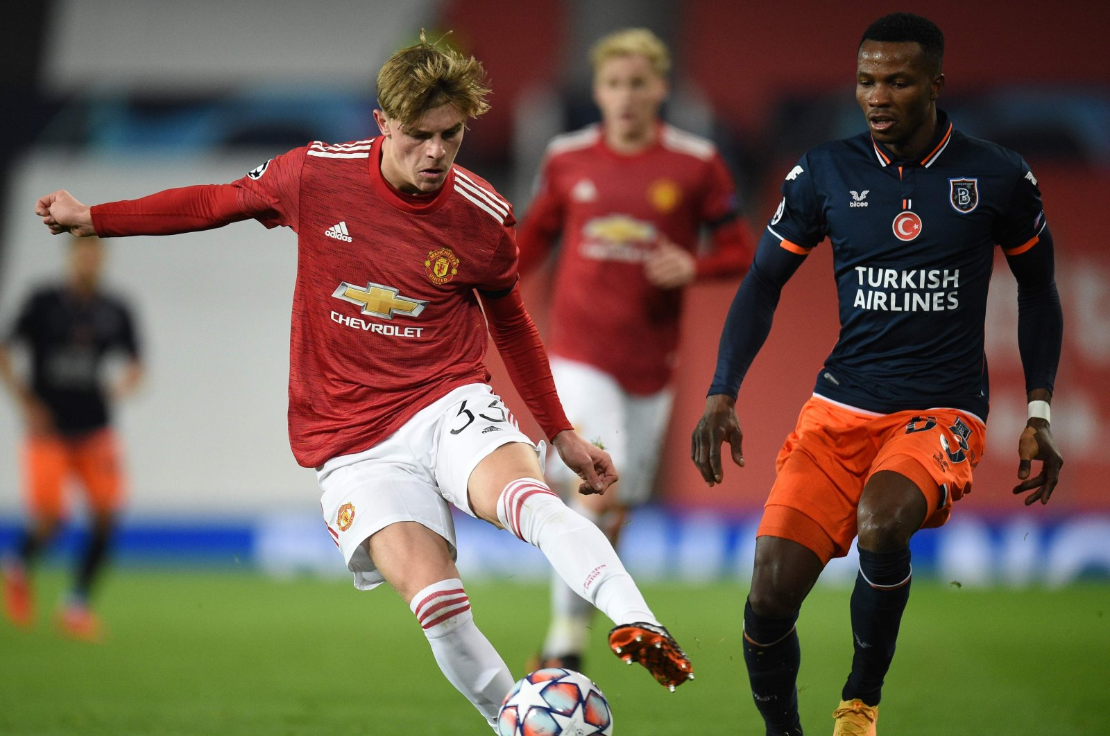 Başakşehir's Boli Bolingoli (R) challenges Manchester United's Brandon Williams during a Champions League match, in Manchester, England, Nov. 24, 2020. (AFP Photo)