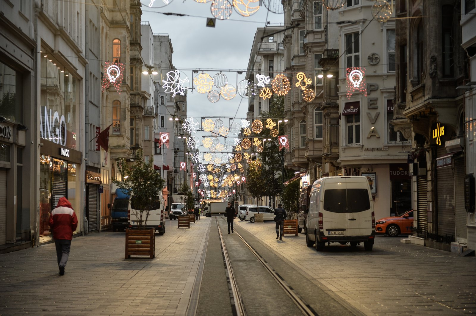 Stores seen closed during the partial weekend curfew on Istiklal Avenue, Istanbul, Turkey, Nov. 21, 2020. (DHA Photo)