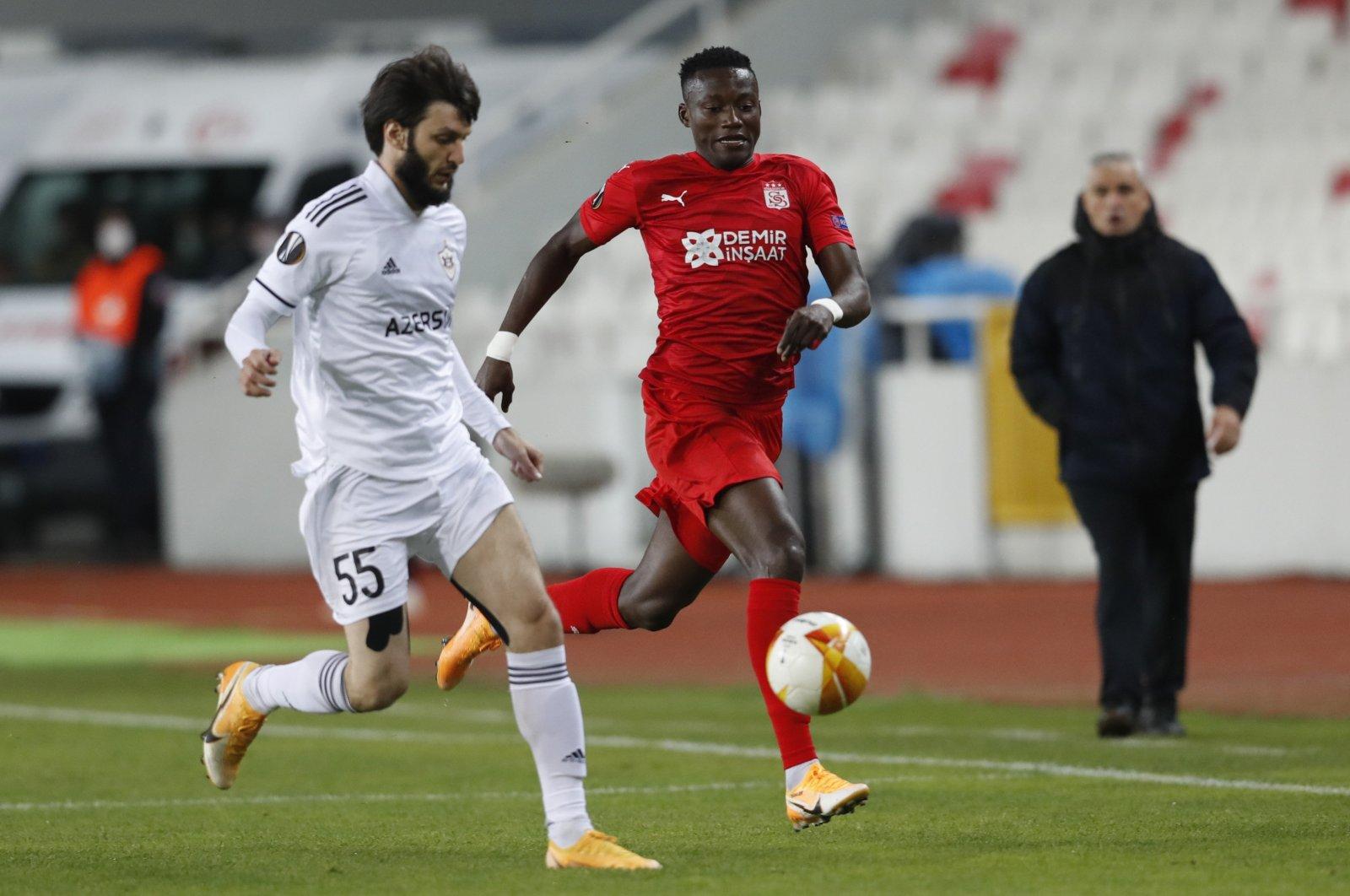 Qarabag's Badavi Huseynov (L) in action with Sivasspor's Casimir Ninga during a Europa League match in Sivas, Turkey, Nov. 5, 2020. (AFP Photo)