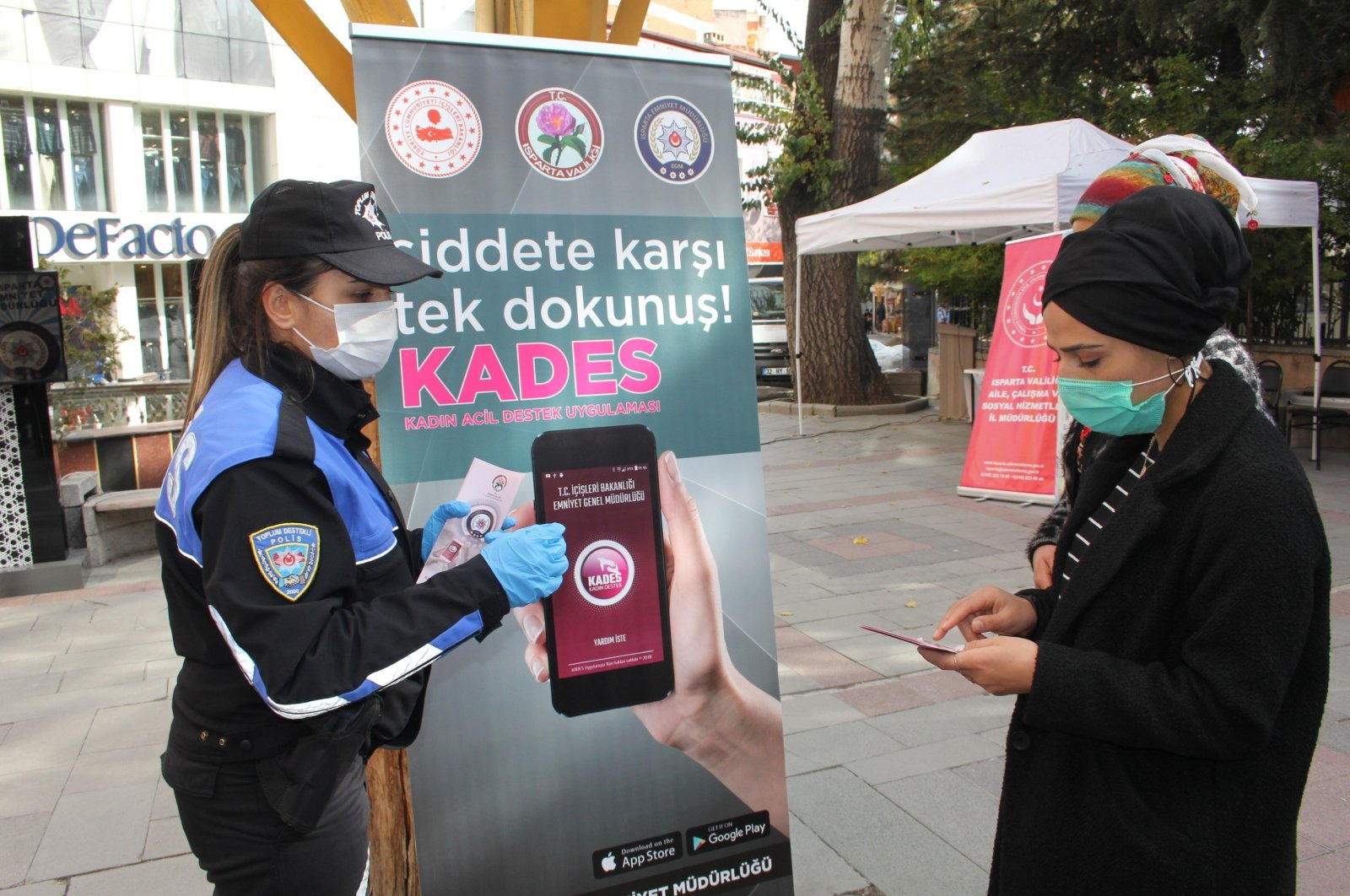 A policewoman shows how to download KADES, an app for reporting domestic violence, to a woman, in Isparta, western Turkey, Nov. 25, 2020. (İHA Photo)