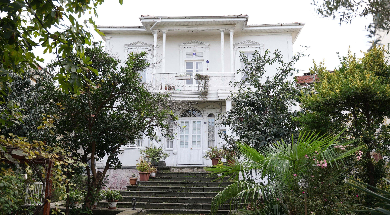 A white Marseille-style house with its large garden is seen in the Zeytinlik neighborhood of Giresun, northern Turkey, Nov. 25, 2020. (IHA Photo)