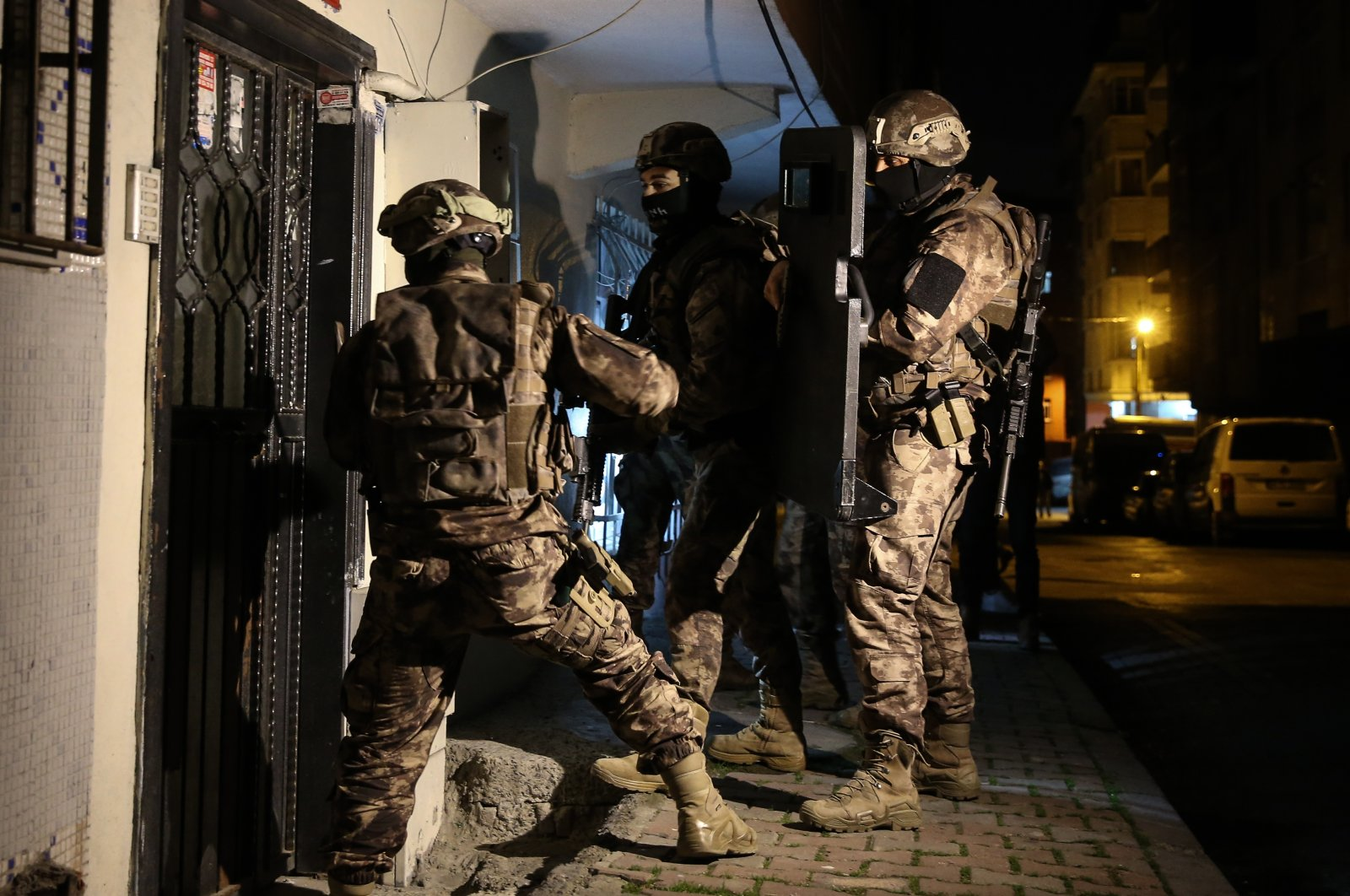 Counterterrorism squads raid an address as part of an operation against PKK suspects in Istanbul, Turkey, Nov. 26, 2020. (AA Photo)