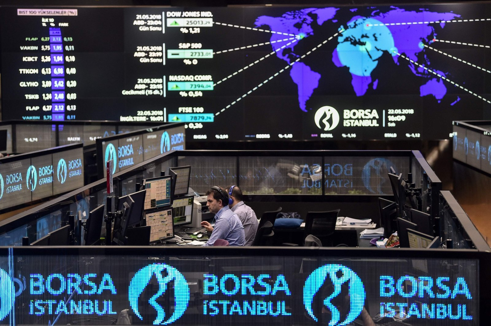 Traders work at their desks on the floor of the Borsa Istanbul stock exchange, Istanbul, Turkey, May 22, 2018. (AFP Photo)