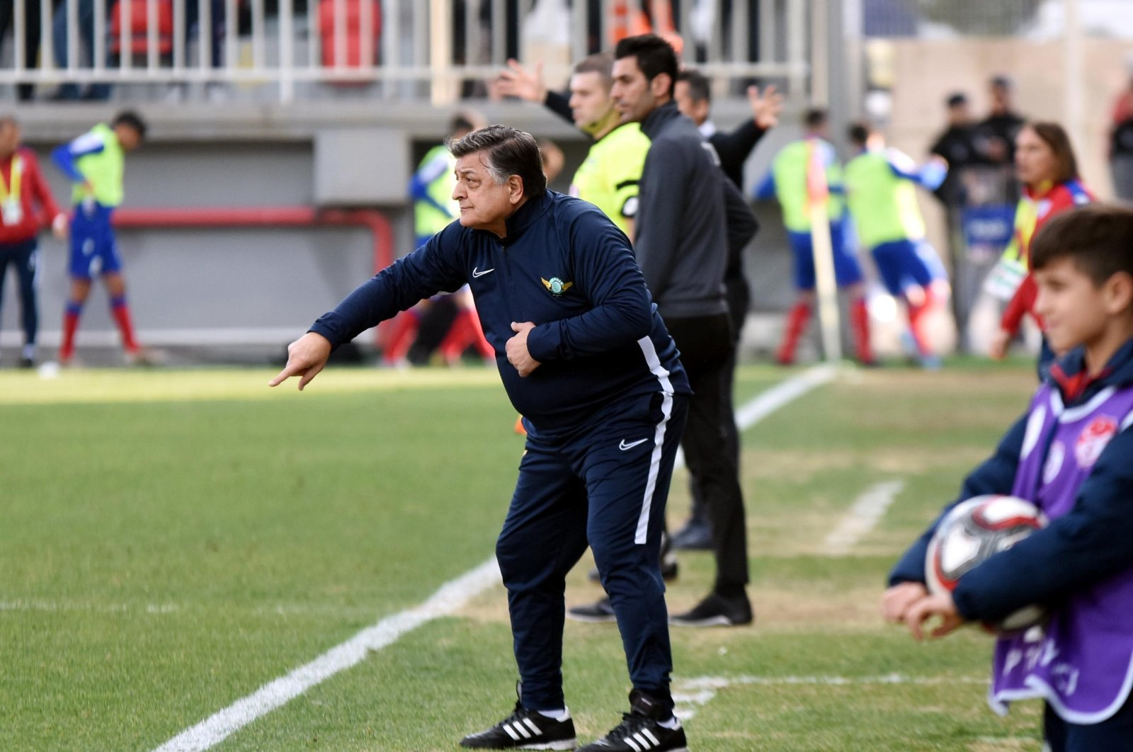 Yılmaz Vural gives directives to Akhisarspor players during a match in this undated file photo. (DHA Photo)