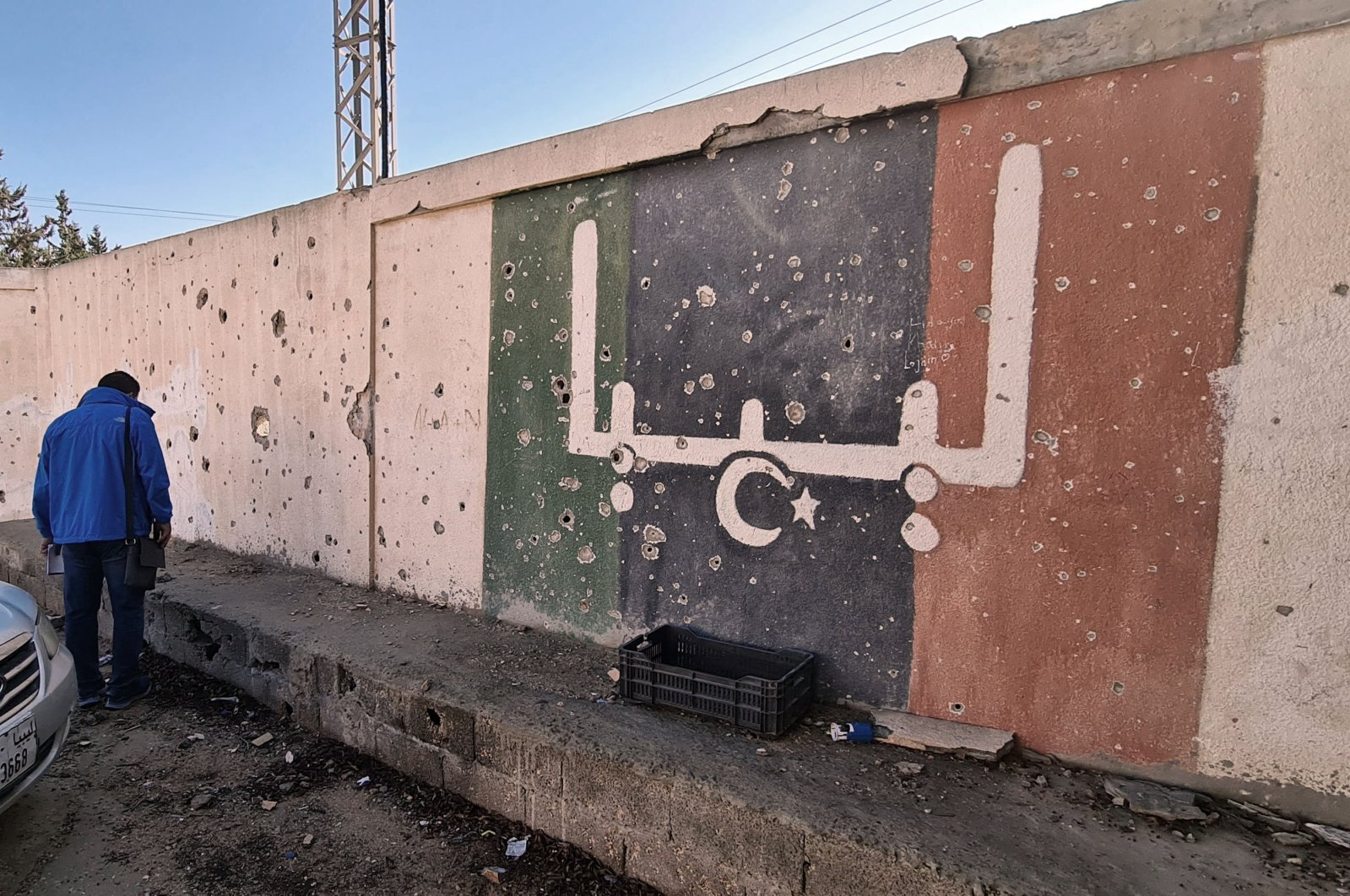 A Libyan volunteer takes part in an operation called by parents and teachers to renovate the Libya's Martyrs school, which was damaged during fighting between rival factions, in the capital Tripoli's suburb of Ain Zara, Nov. 19, 2020. (AFP Photo)