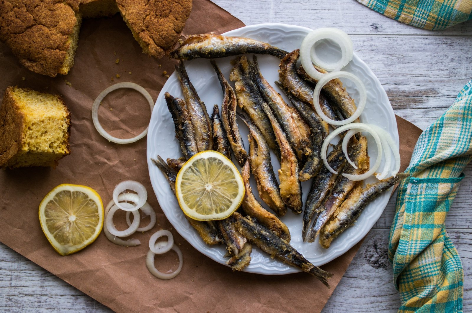 Turkish anchovies are usually eaten with a simple garnish or with corn bread. (Shutterstock Photo)