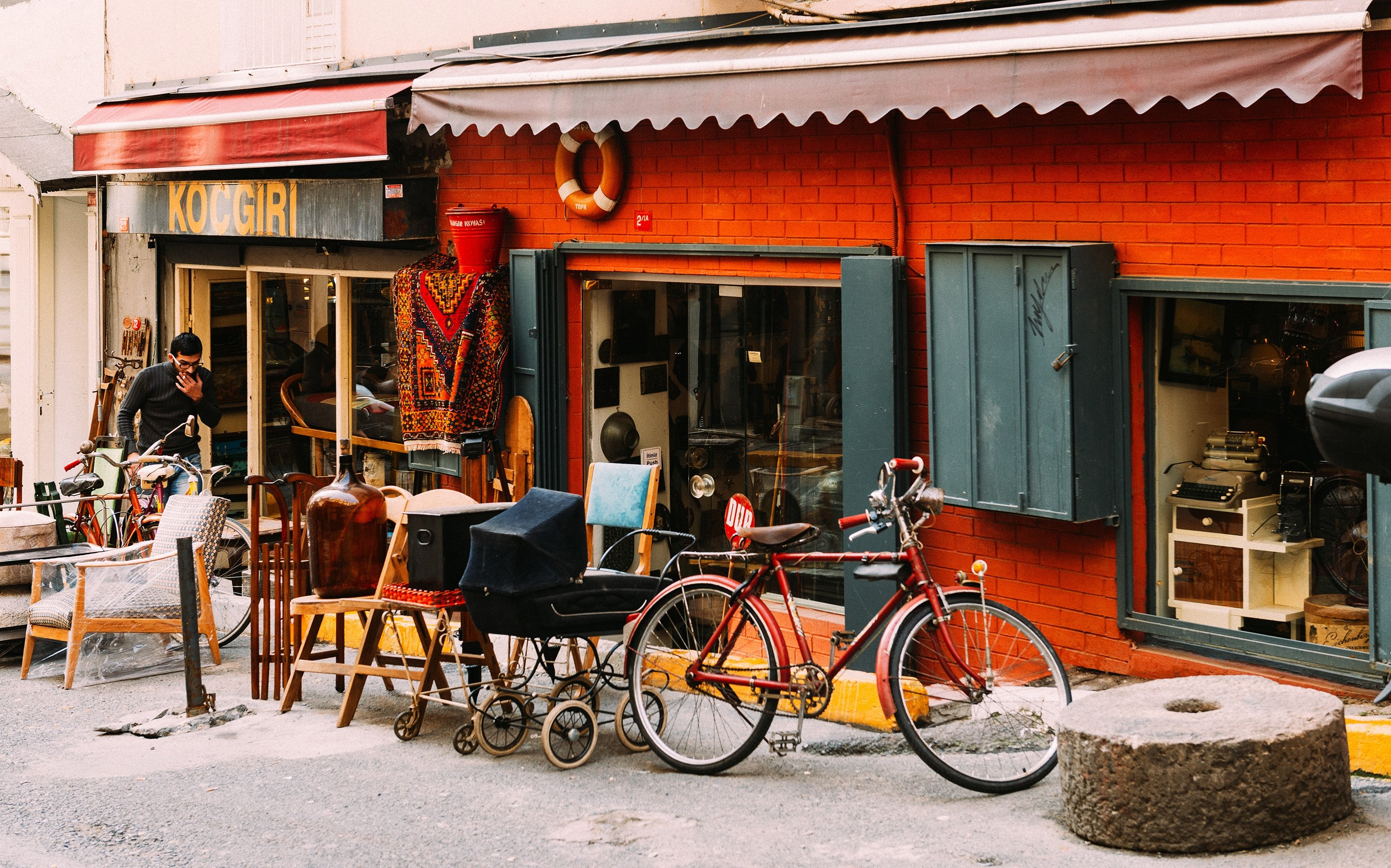 Photo shows a cafe from Çukurcuma, the city's oldest antiques district, in the Beyoğlu quarter of Istanbul, January 20, 2015. (Shutterstock Photo)