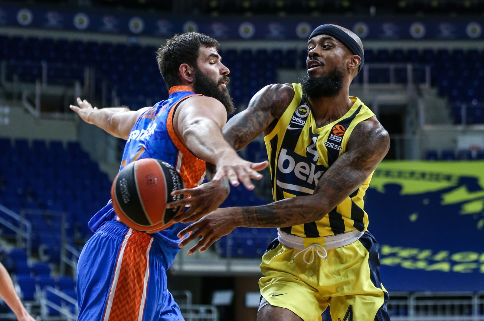 Valencia's Bojan Dubljevic (L) defending against Fenerbahçe's Lorenzo Brown during a game in Istanbul, Turkey, Nov. 27, 2020. (AA Photo)