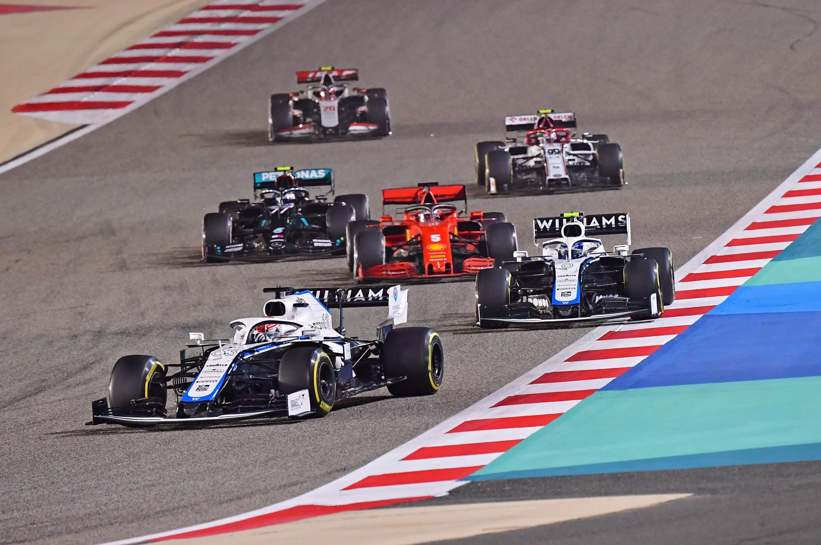 George Russell (front) leads his co-driver Nicholas Latifi (R) in a race in Sakhir, Bahrain, Nov. 29, 2020. (AFP PHOTO)