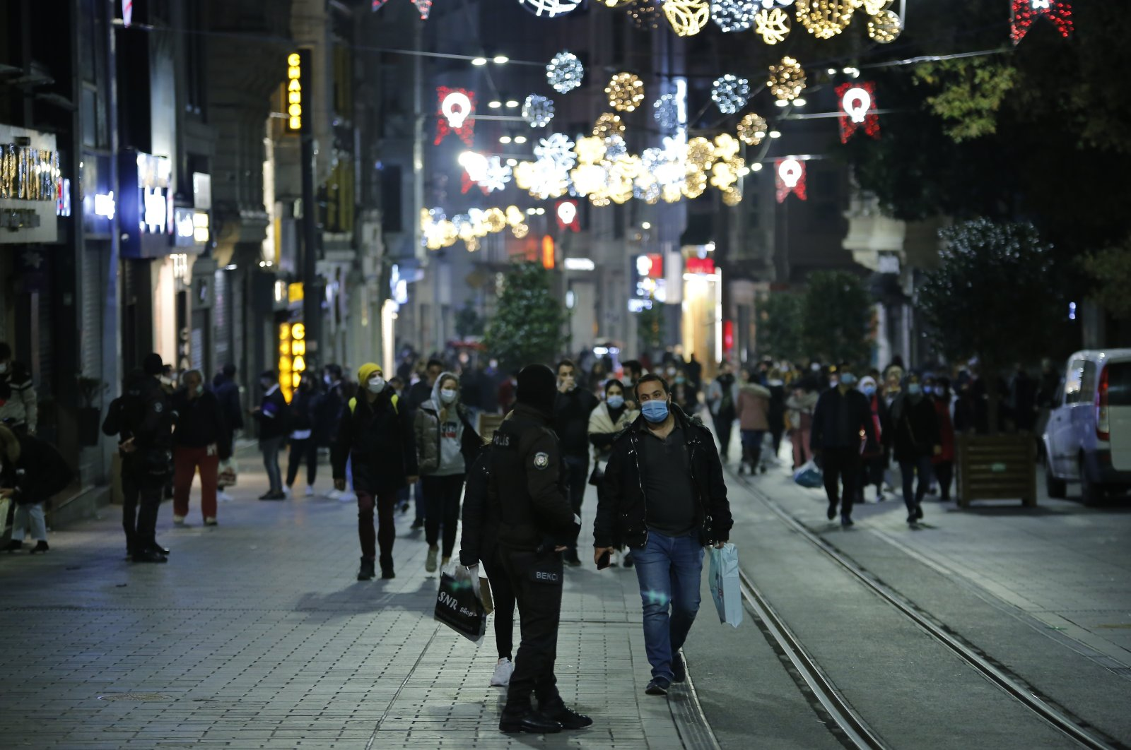 People wearing protective masks walk on Istiklal Avenue before the start of a weekend curfew, in Istanbul, Turkey, Nov. 29, 2020. (İHA PHOTO)