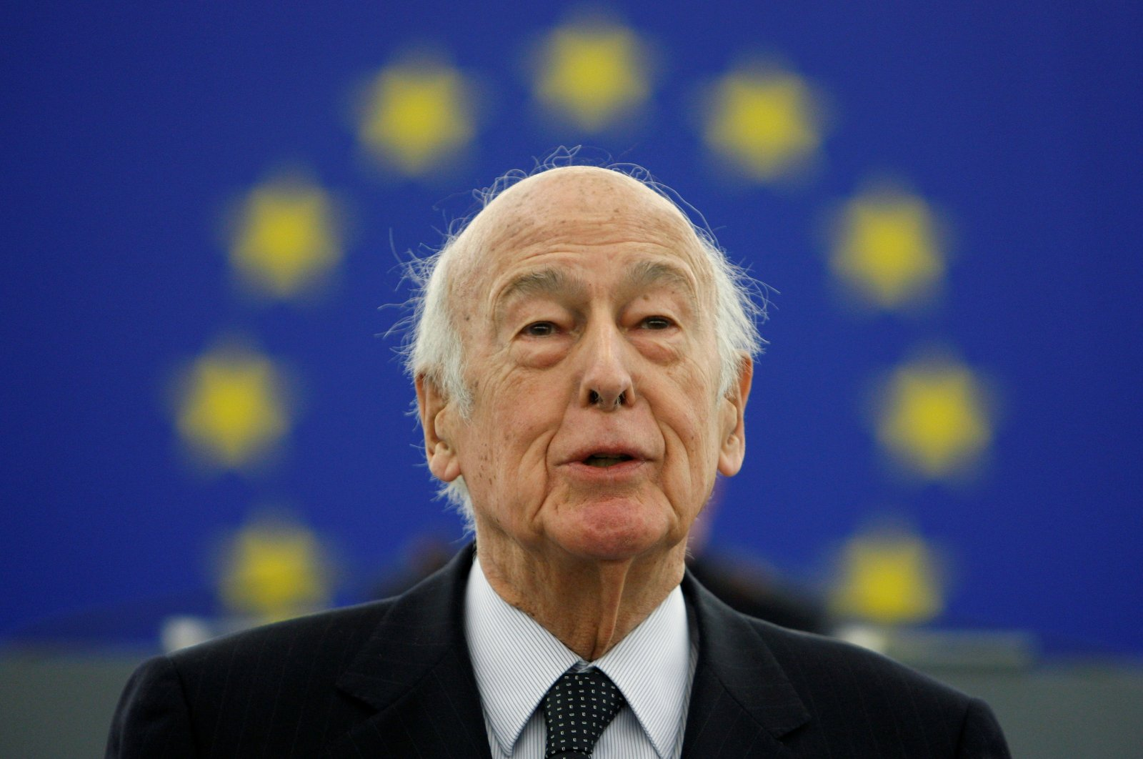 Former French President Valery Giscard d'Estaing addresses the European Parliament during a ceremony to celebrate the 10th anniversary of the European Common Currency in Strasbourg, France January 13, 2009. (Reuters Photo)