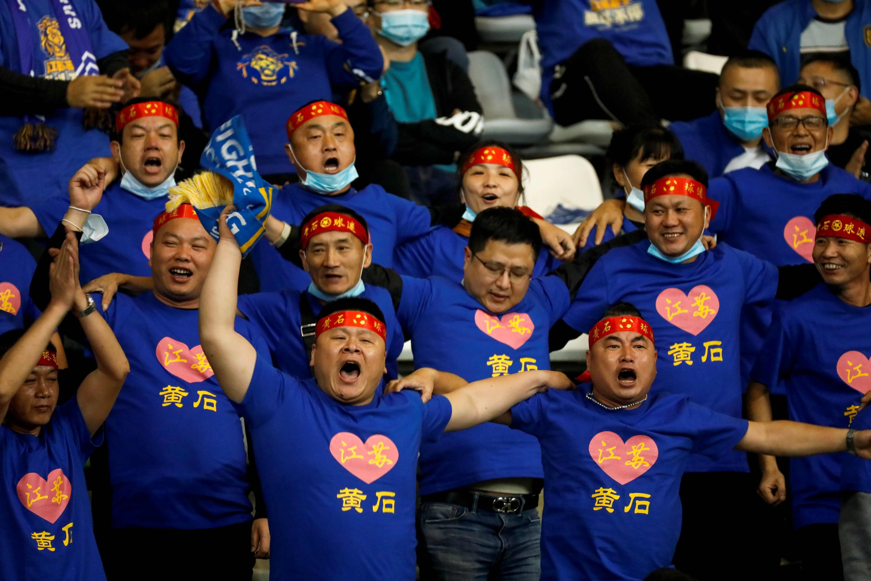 Supporters of Jiangsu Suning cheer for their team during the Chinese Super League (CSL) final football match between Guangzhou Evergrande and Jiangsu Suning in Suzhou in China's eastern Jiangsu province, Nov. 12, 2020. (AFP Photo)