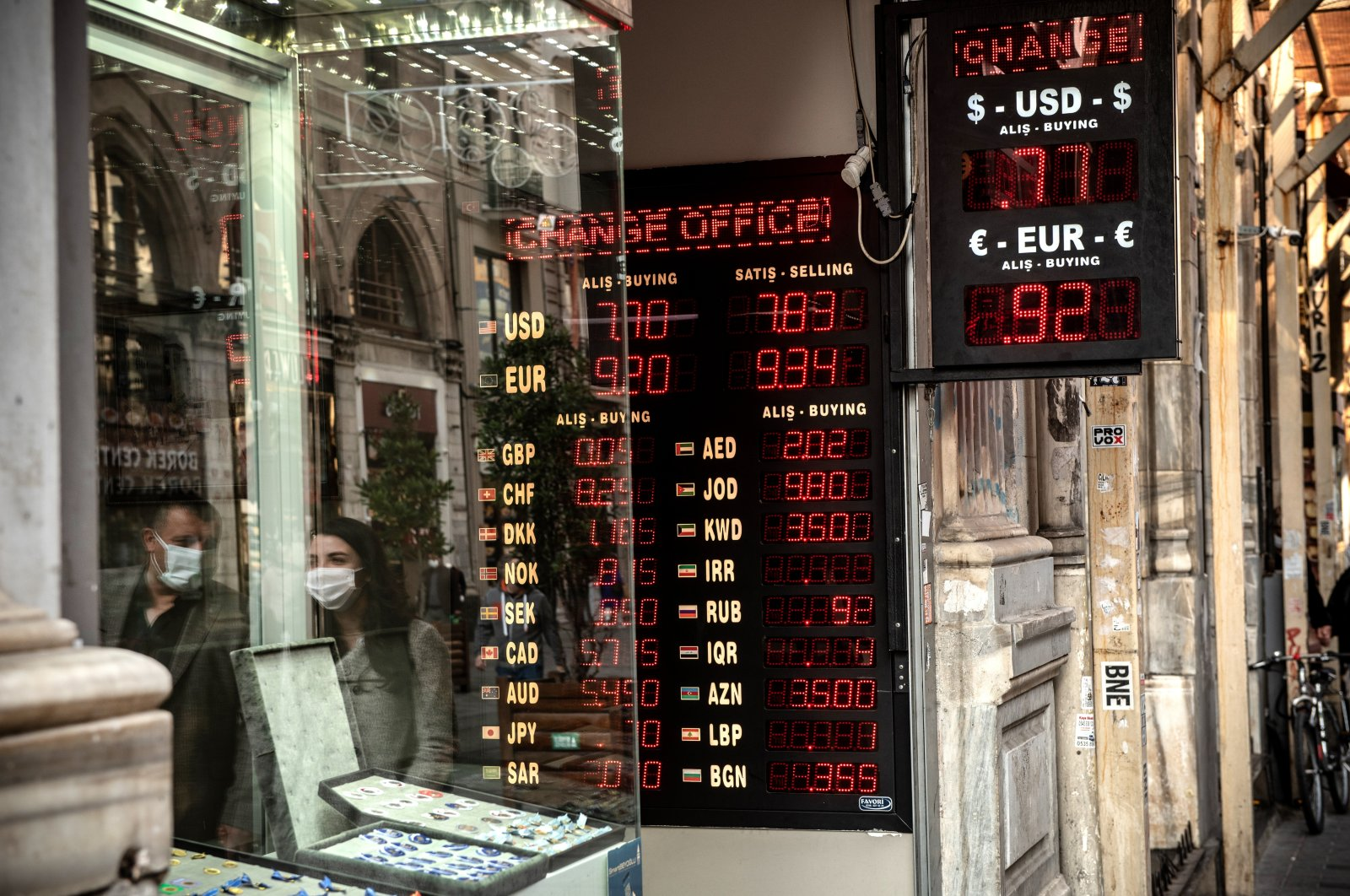 A currency exchange office on İstiklal Avenue, Istanbul, Turkey, Nov. 30. (Photo by Getty Images)