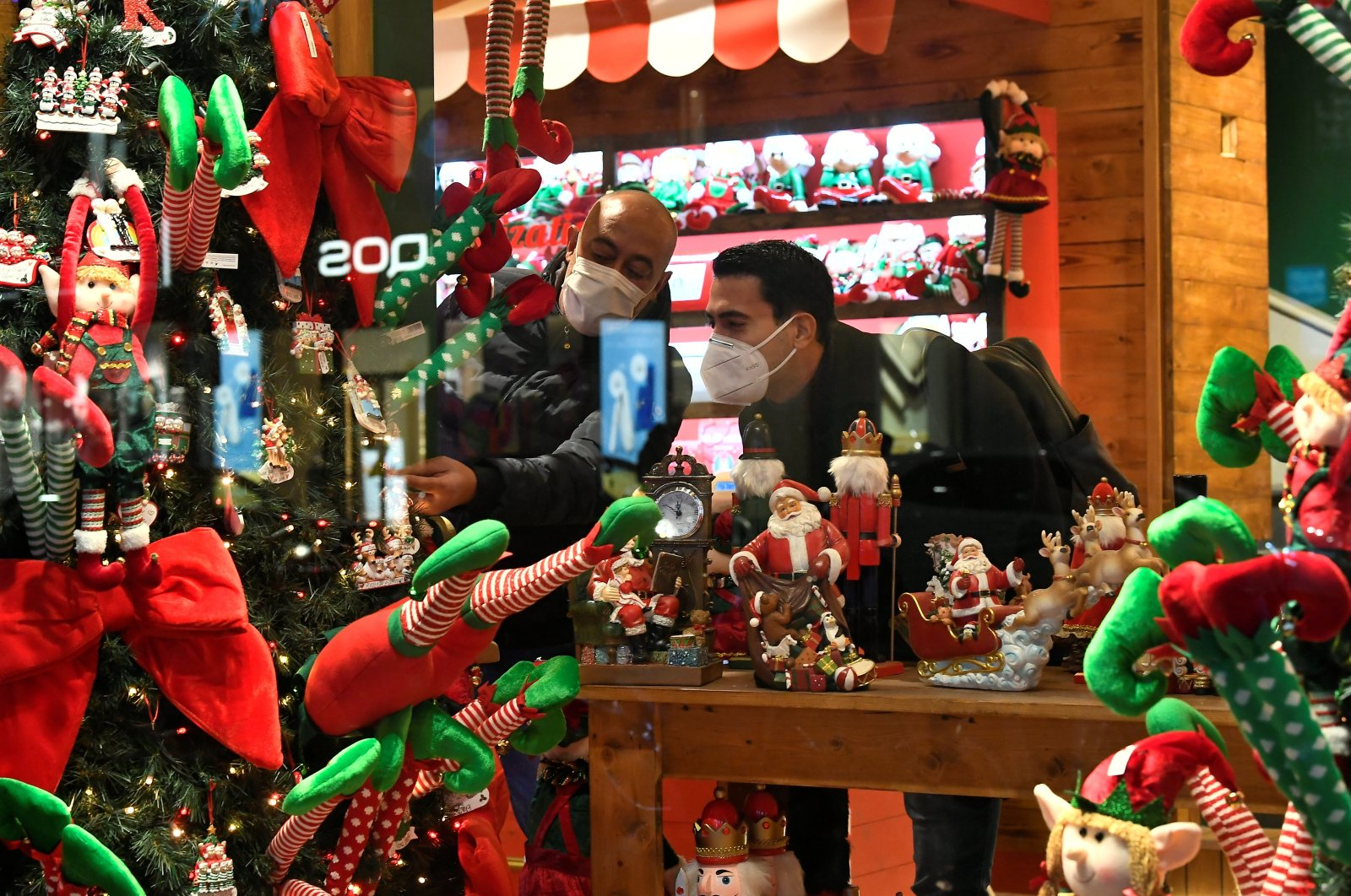 People go shopping after nonessential shops reopen ahead of Christmas, in Milan, Italy, Dec. 1, 2020. (REUTERS Photo)