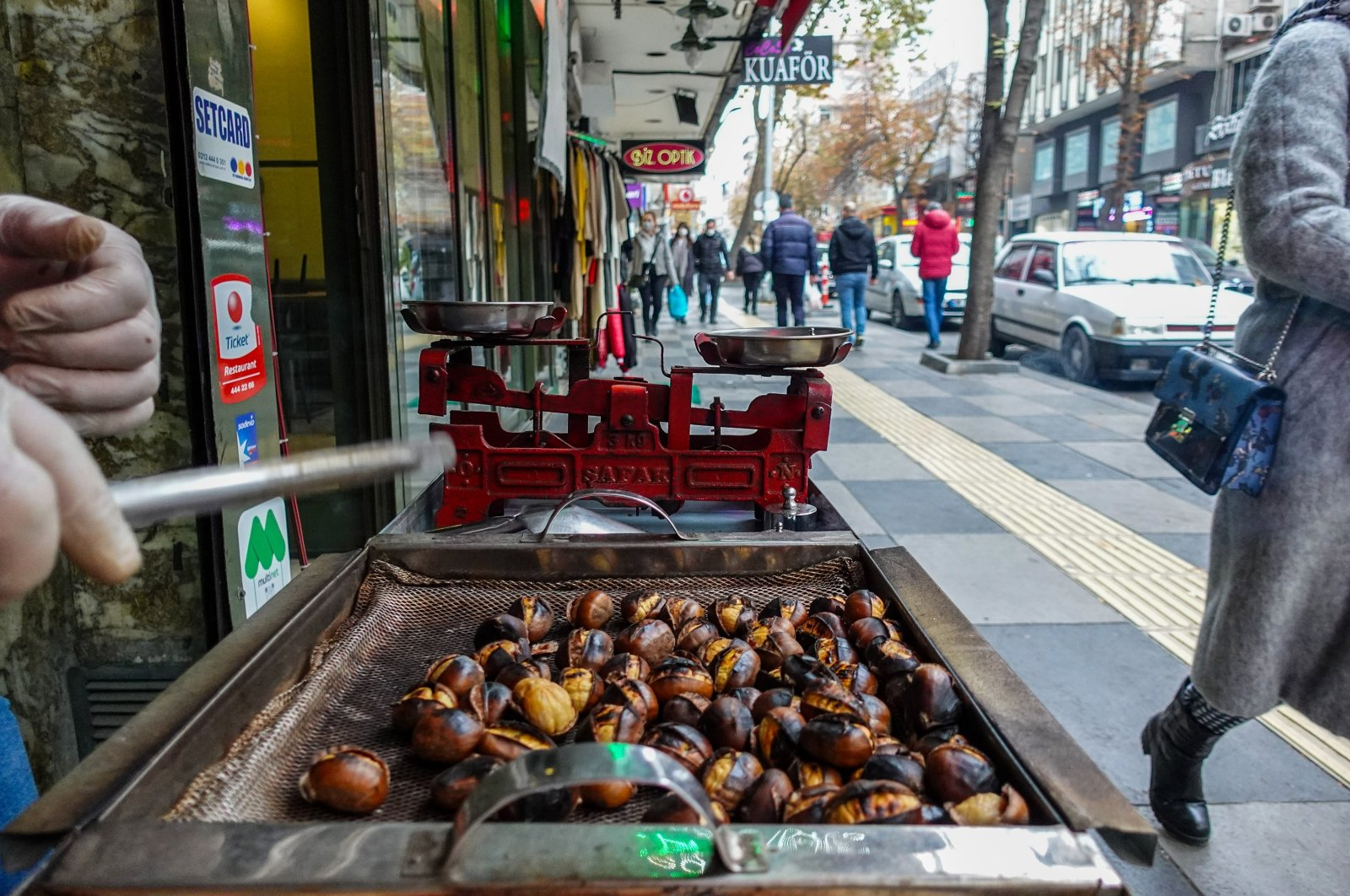 A chestnut stall with Tunalı Hilmi Street in the background. (Photo by Argun Konuk)
