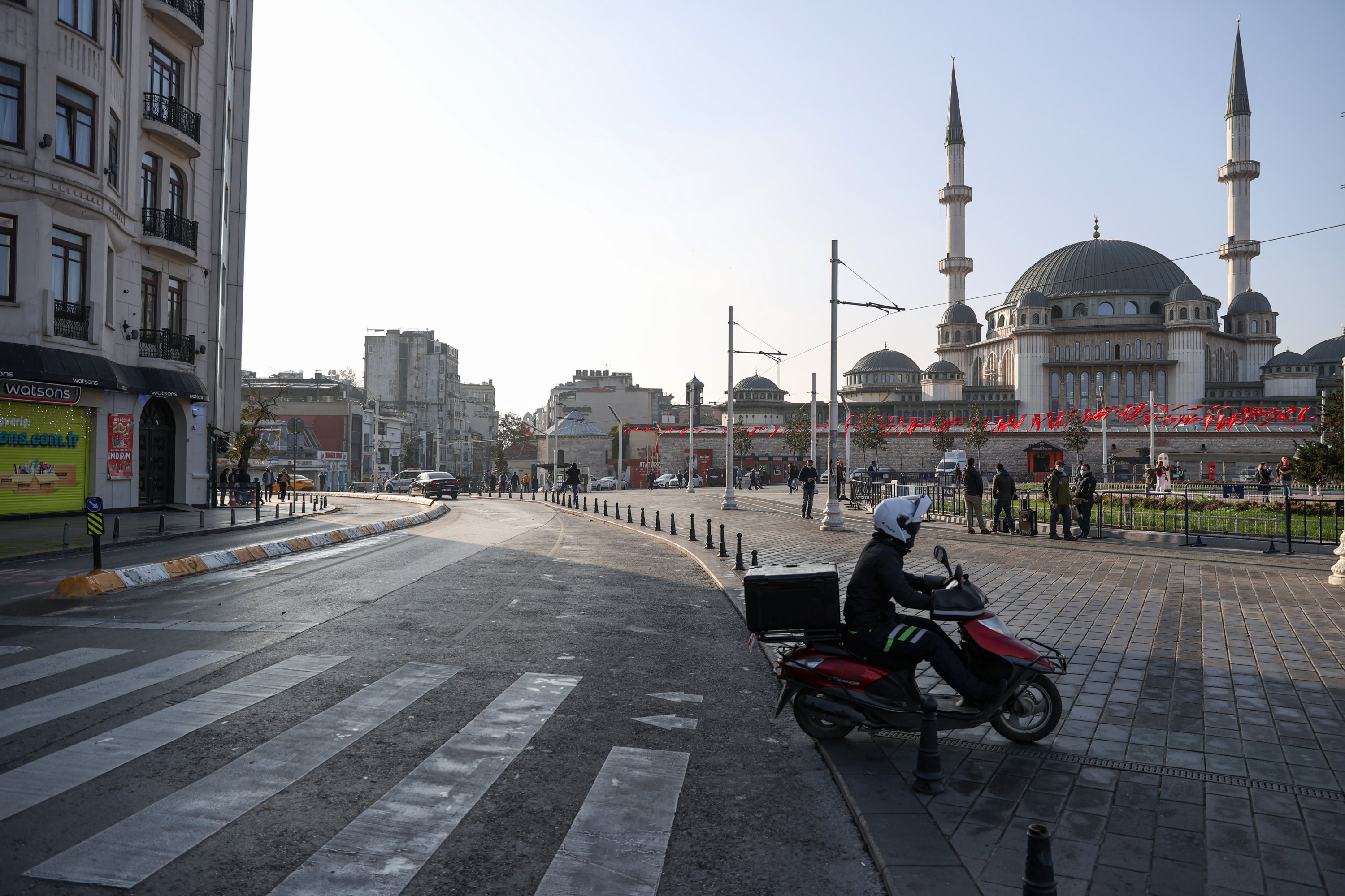 Death toll from COVID-19 continues to rise as Turkey undergoes 1st weekend lockdown in months