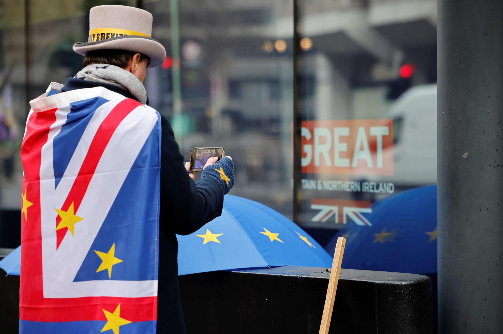 Anti-Brexiteer activist Steve Bray looks at his mobile phone as he protests outside a conference center in central London on December 4, 2020, as talks continue on a trade deal between the EU and the UK. (AFP Photo)
