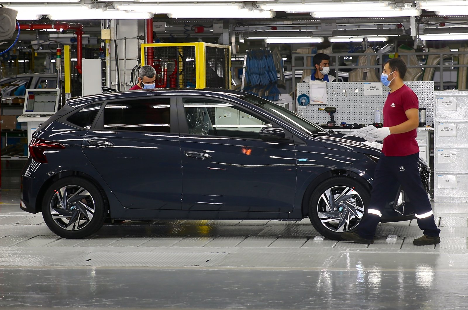 A worker at the Izmit factory of Hyundai Assan, a joint venture of Kibar Holding and Hyundai, in Kocaeli province, northwestern Turkey, Aug. 28, 2020. (AA Photo)