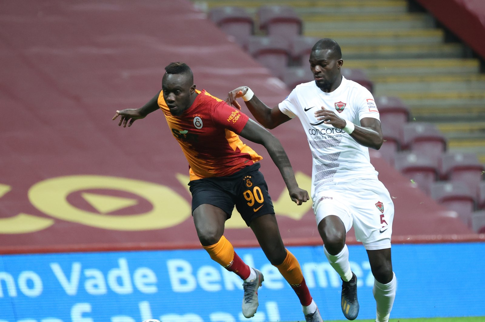 Mbaye Diagne (L) in action against Hatayspor's Isaac Sackey, in Istanbul, Turkey, Dec. 5, 2020. (AA PHOTO)