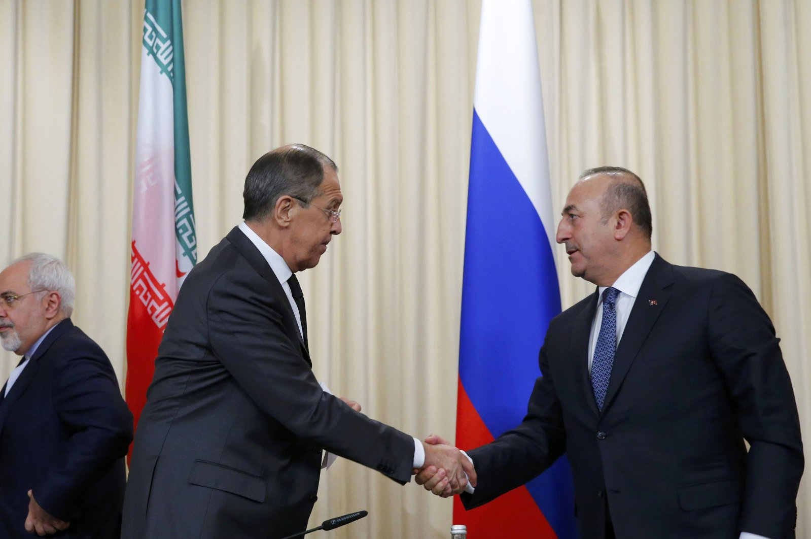 Russian Foreign Ministers Sergei Lavrov (C) and Turkish Foreign Minister Mevlüt Çavuşoğlu (R) shake hands after a news conference in Moscow, Russia, Dec. 20, 2016. (REUTERS Photo)