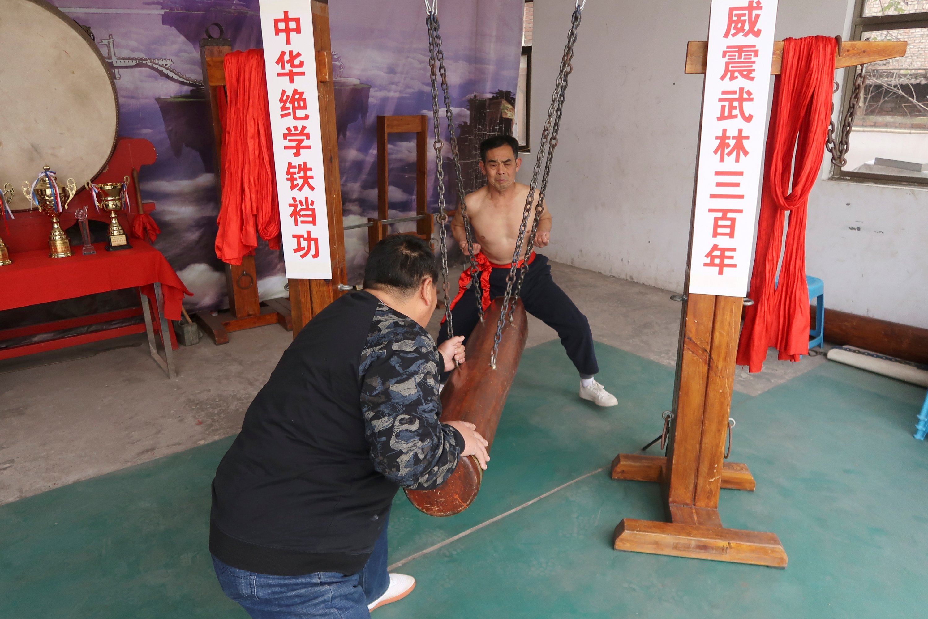 Wang Liutai (back) demonstrates