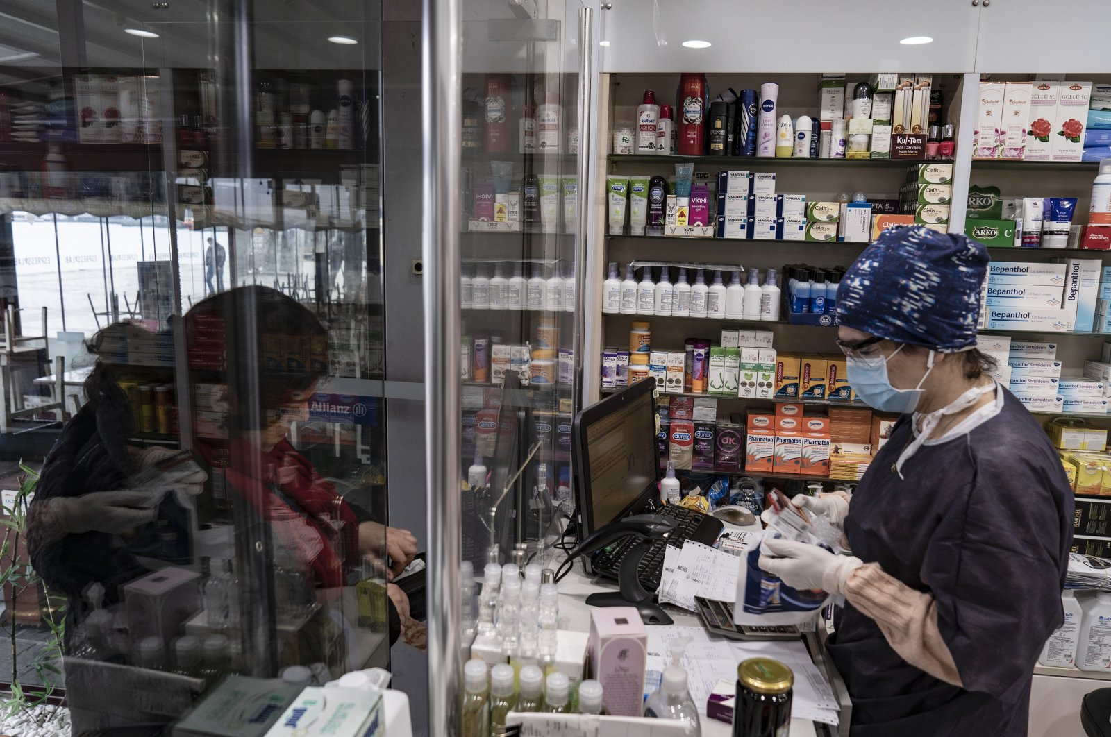 A woman shops in a pharmacy in Istanbul, Turkey, April 30, 2020. (DHA Photo)