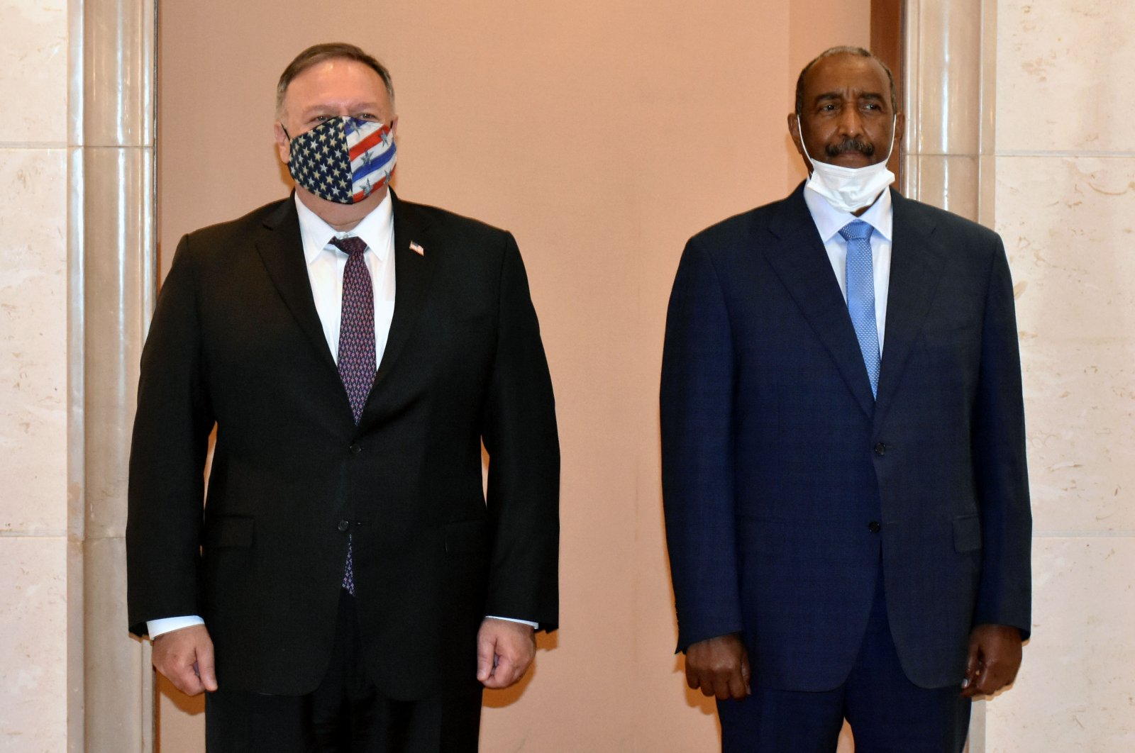 U.S. Secretary of State Mike Pompeo (L) with Sudan's Sovereign Council chief General Abdel Fattah al-Burhan in Khartoum, Aug. 25, 2020. (AFP Photo)