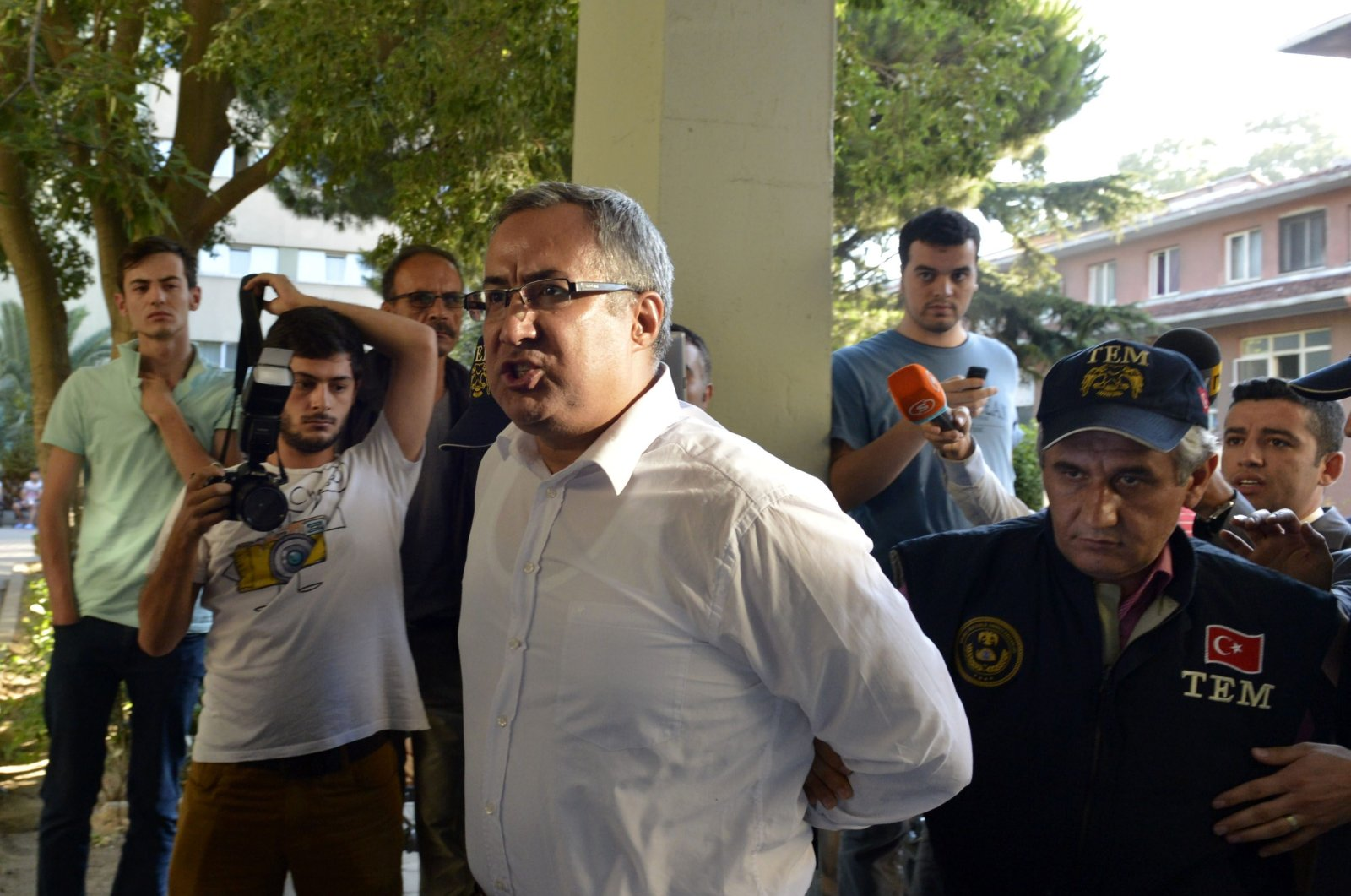 Police officers escort police chief Yurt Atayün, a defendant in Selam Tevhid case, to the courthouse after his arrest in Istanbul, Turkey, Jul. 30, 2014. (AA PHOTO)
