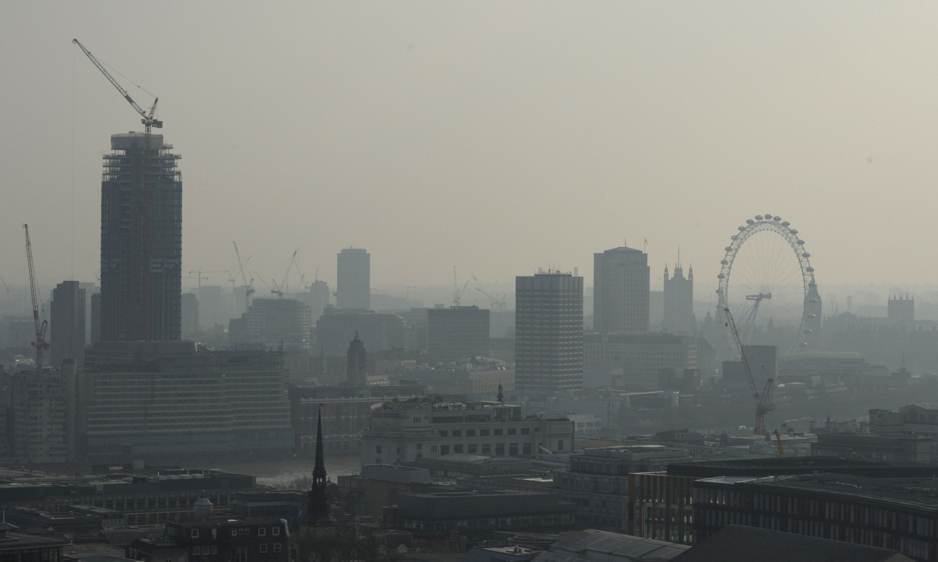 Air pollution obscures the view of the London Eye in central London, Britain, April 9, 2015. (AFP Photo)