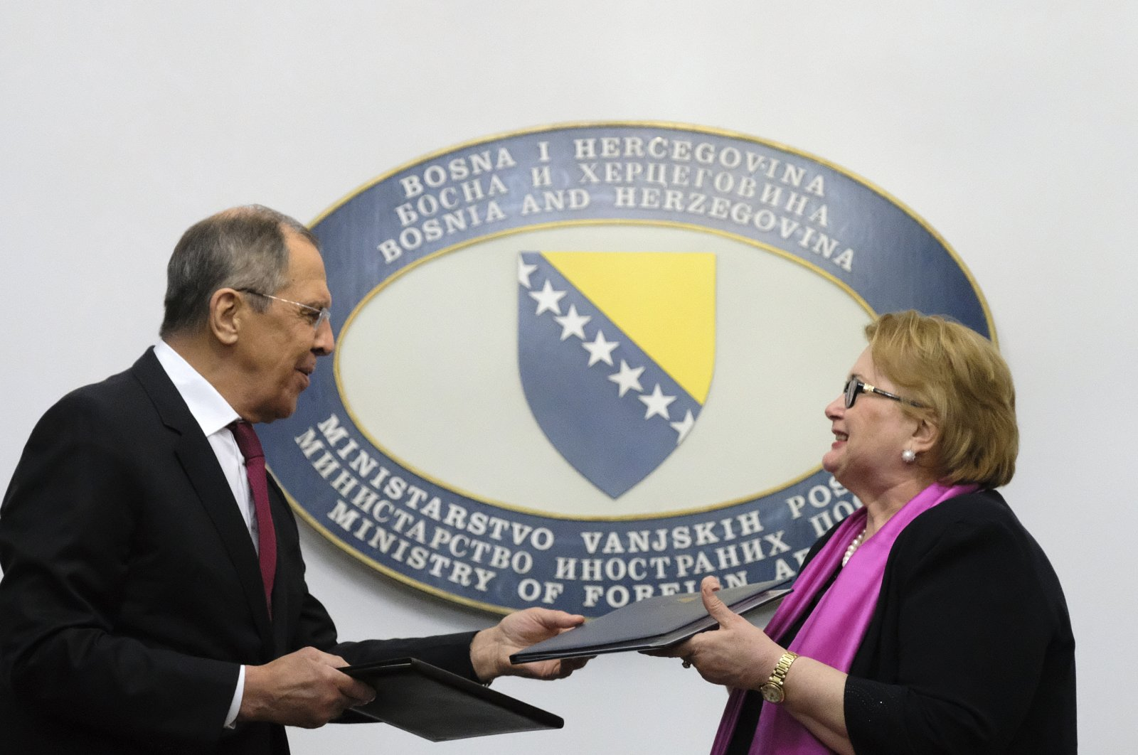 Russian Foreign Minister Sergey Lavrov (L) and Bosnia's Foreign Minister Bisera Turkovic exchange documents in the capital Sarajevo, Bosnia-Herzegovina, Dec. 15, 2020. (AP Photo)