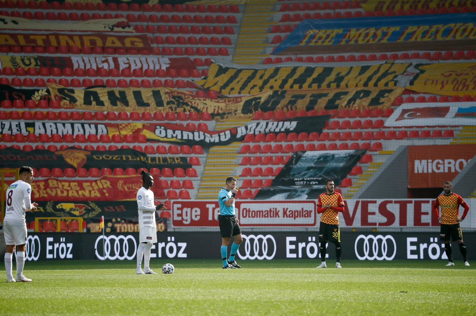 Players of Turkish Süper Lig clubs Göztepe and Atakaş Hatayspor wait in protest against the broadcaster after the starting whistle in Week 13 match at the Gürsel Aksel Stadium in Izmir, western Turkey, Dec. 19, 2020. (AA Photo)
