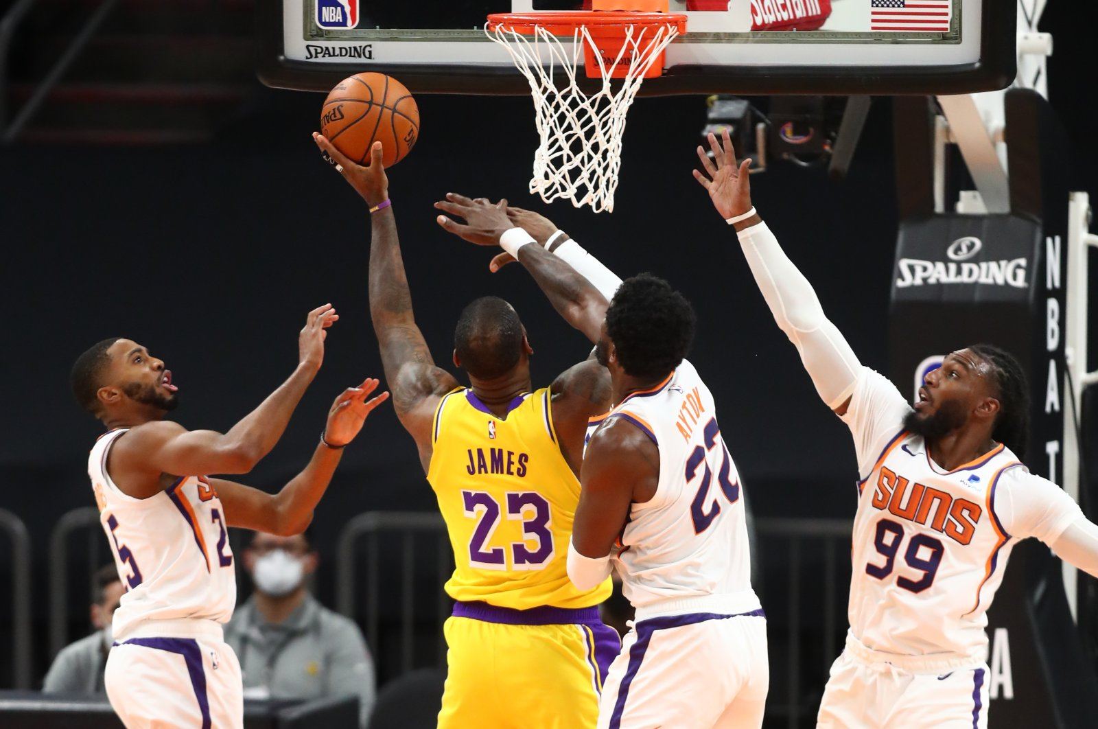 Los Angeles Lakers' LeBron James (23) drives to the basket against Phoenix Suns players, in a preseason game in Arizona, Dec. 18, 2020. (REUTERS PHOTO)