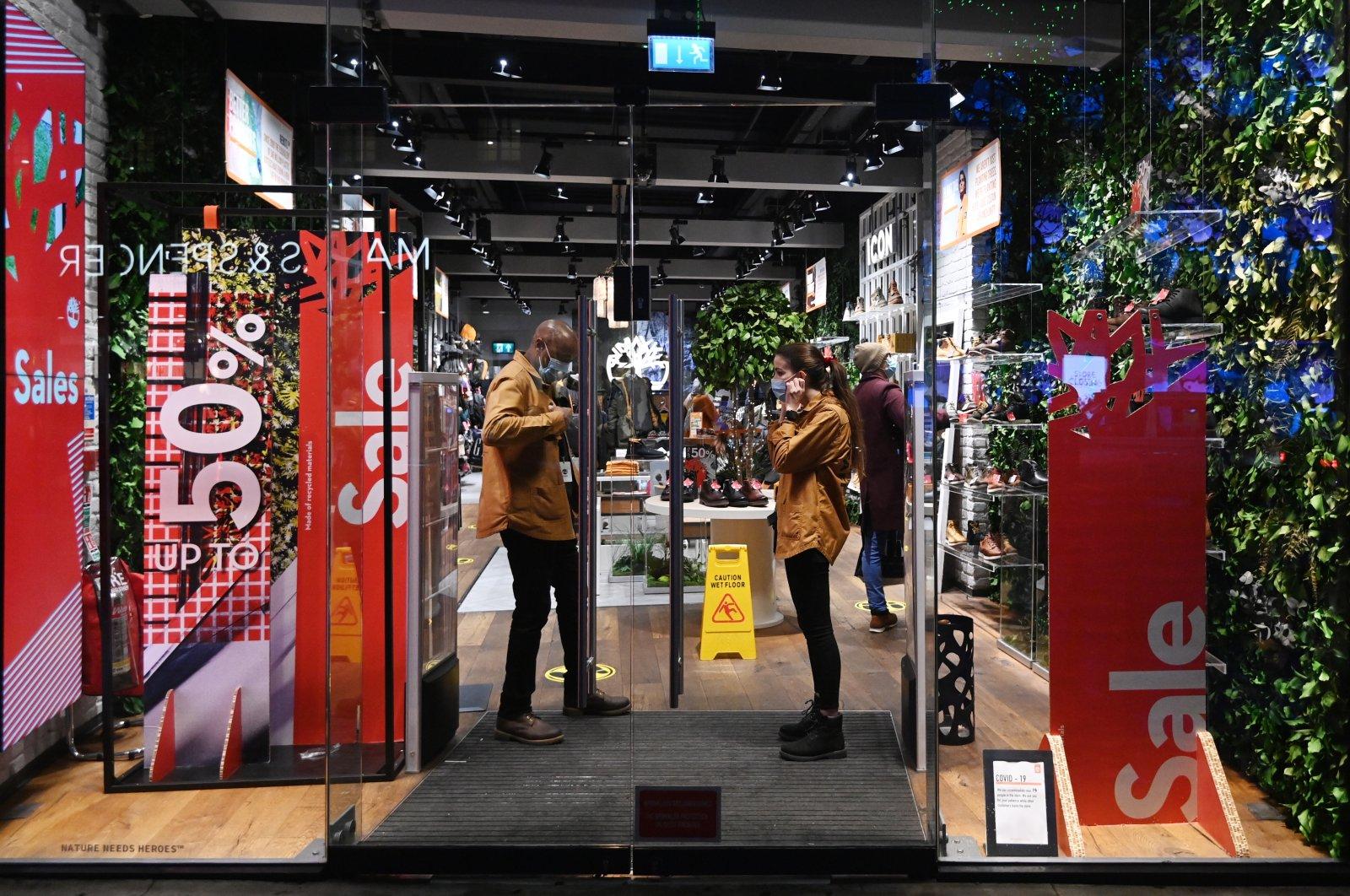 Shoppers on Oxford Street in London, U.K., Dec. 19, 2020. (EPA Photo)