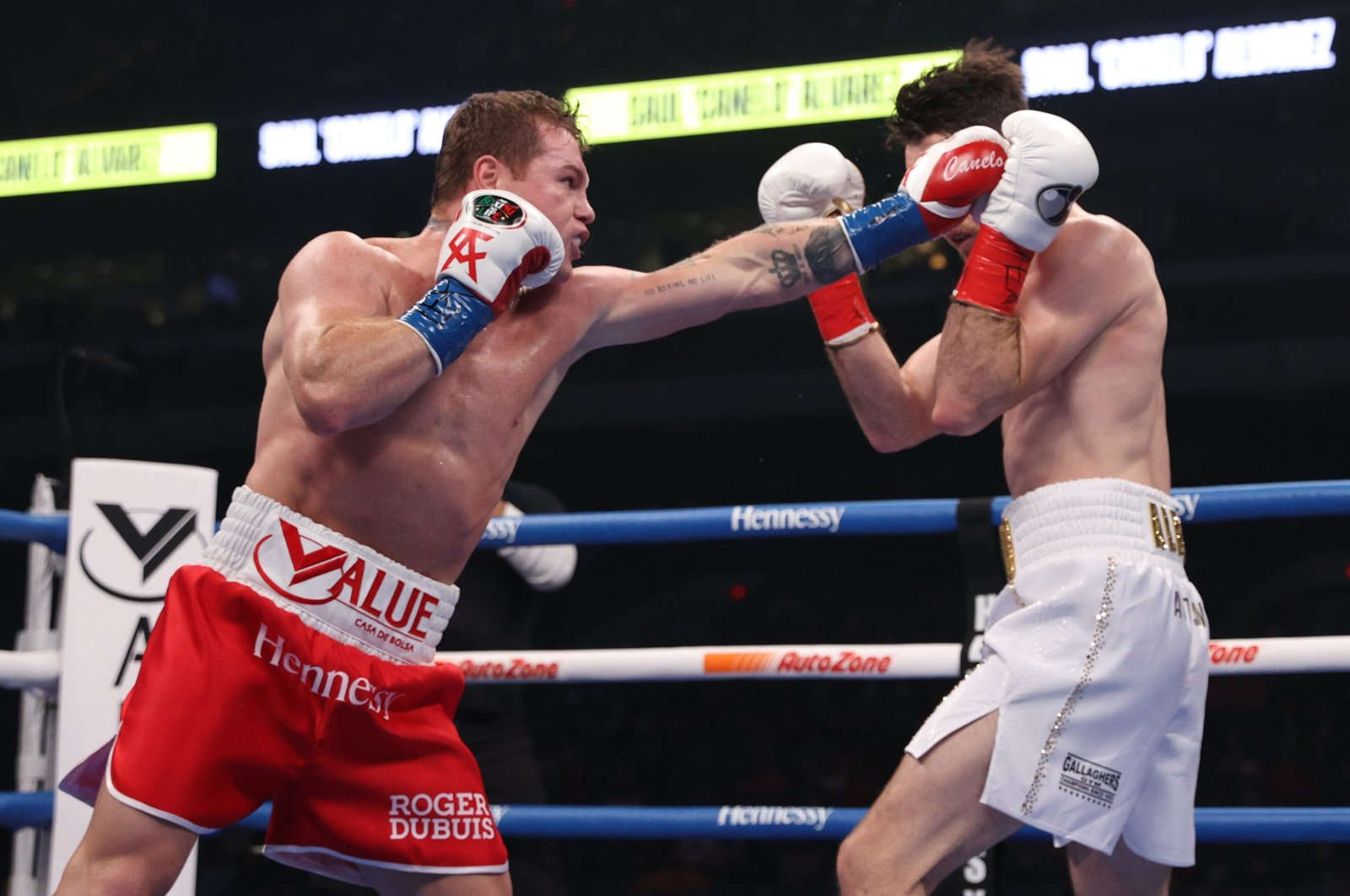 Canelo Alvarez  (L) and Callum Smith during their championship bout, San Antonio, Texas, U.S., Dec. 19, 2020. (REUTERS PHOTO)