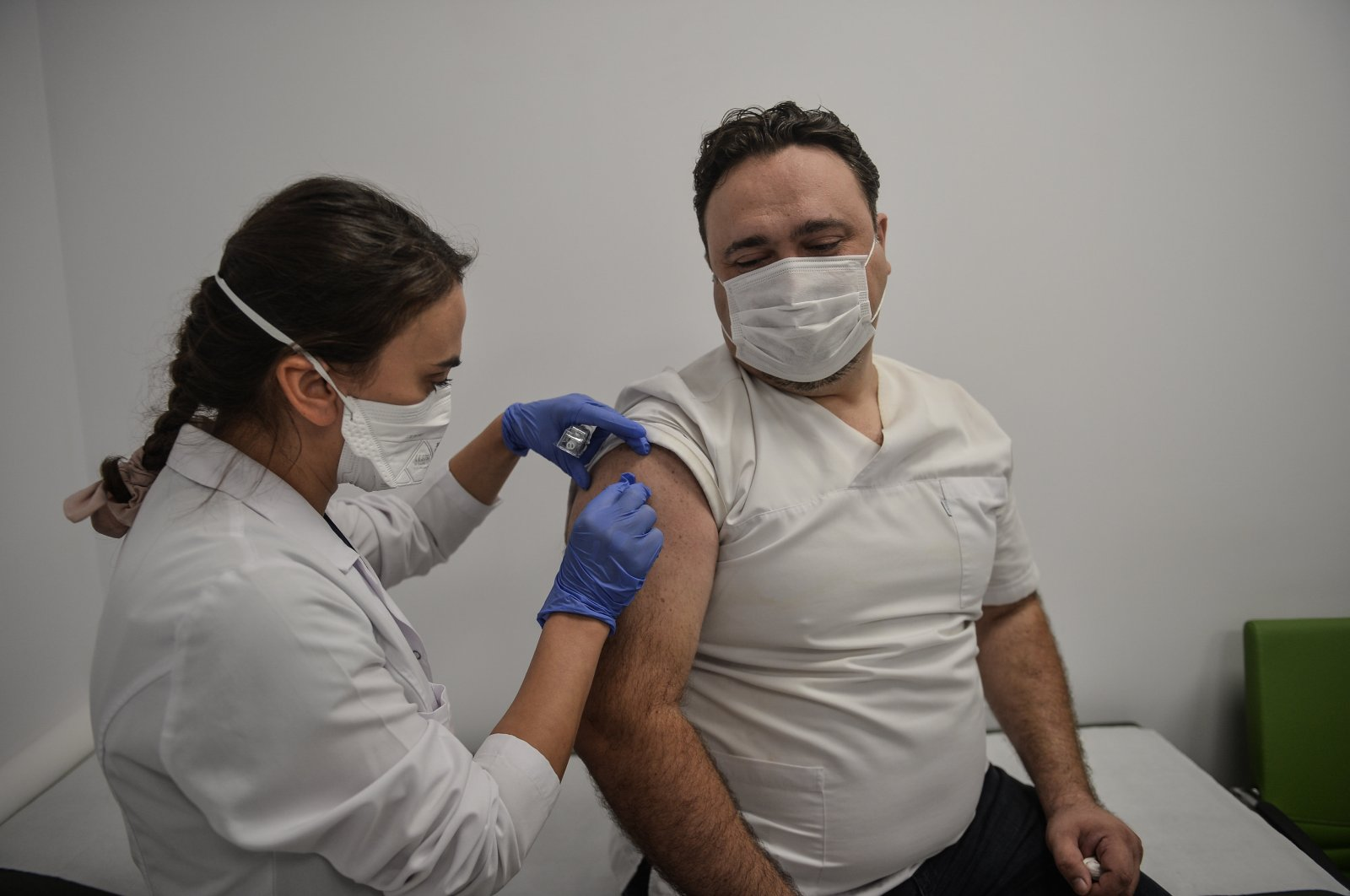 Tarkan Tuna, a health care worker, gets vaccinated for a vaccine trial, in Kocaeli, northwestern Turkey, Sept. 25, 2020. (DHA PHOTO)