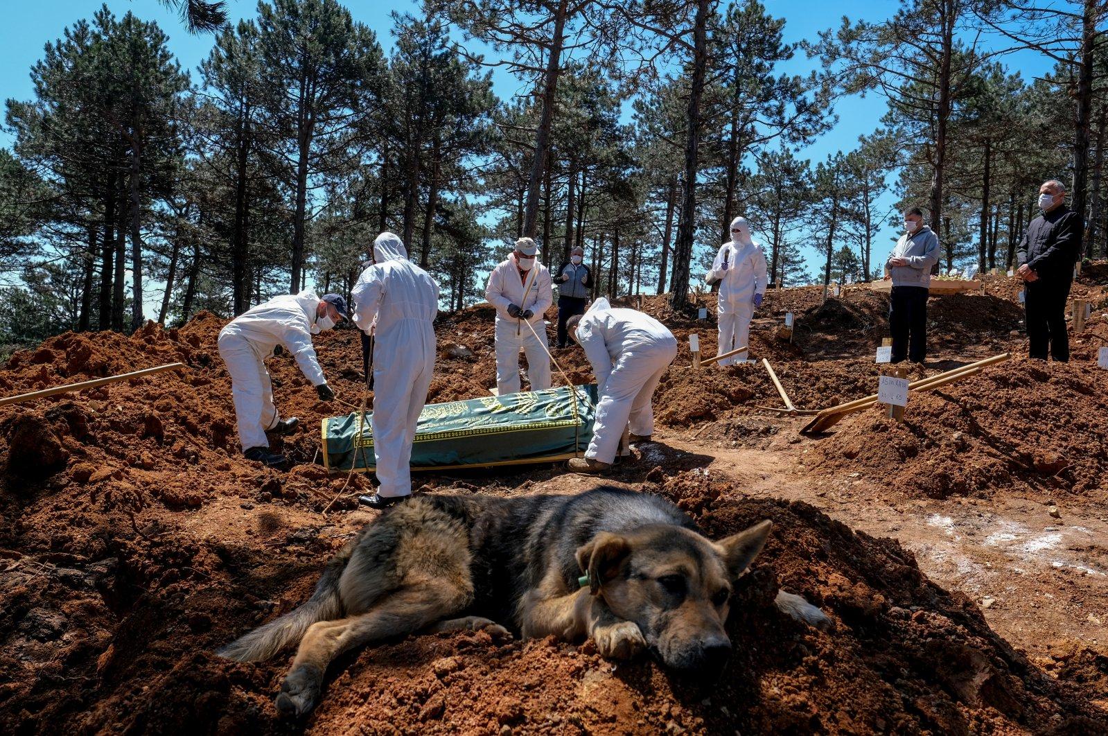 People bury a COVID-19 patient at a cemetery in Çekmeköy district, in Istanbul, Turkey, Dec. 18, 2020. (PHOTO BY UĞUR YILDIRIM)