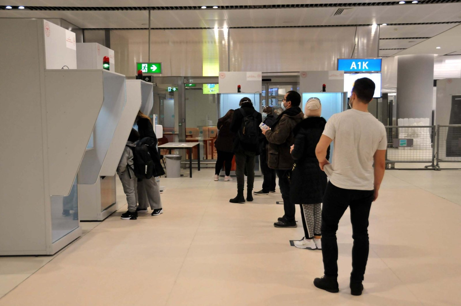 Passengers from London wait to be tested at Istanbul Airport, in Istanbul, Turkey, Dec. 21, 2020. (DHA PHOTO)